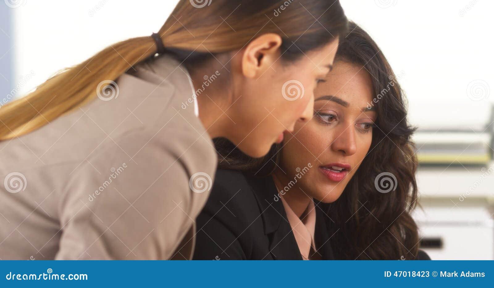 Collègues d affaires de métis ayant une discussion