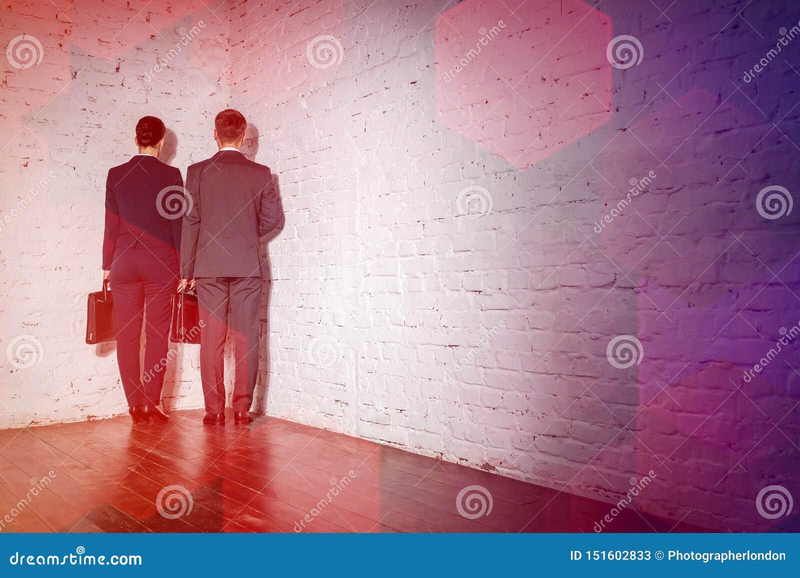 Collègues d affaires se tenant dans le coin au bureau