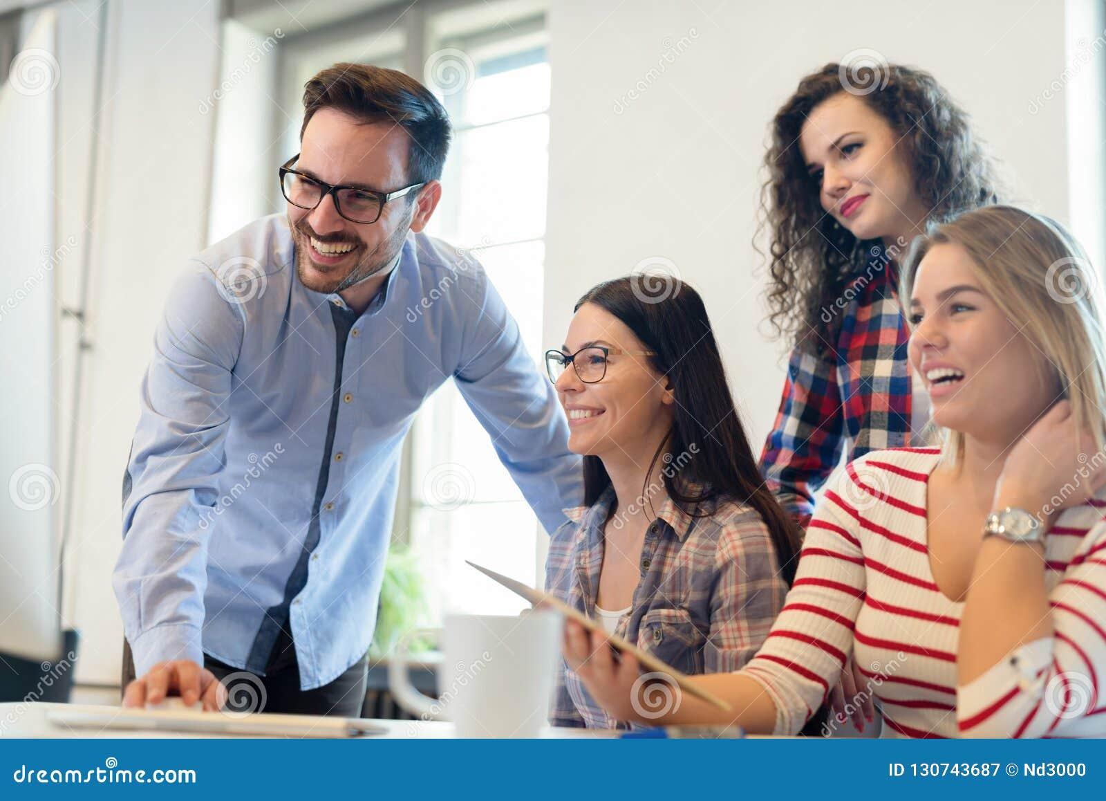 Collègues de Coworking ayant la conversation sur le lieu de travail
