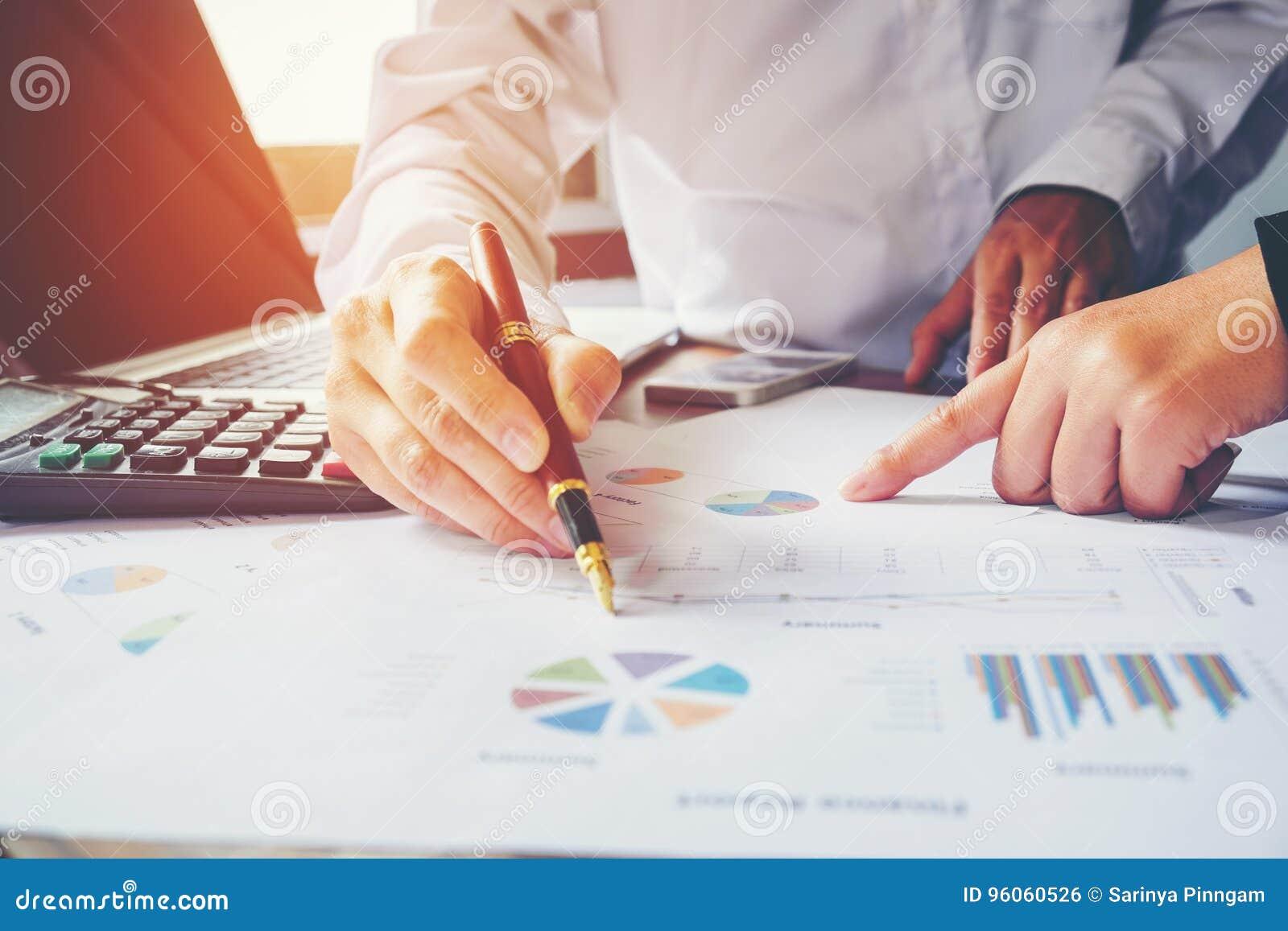 Collègues de l équipe deux d affaires discutant le graphique financier de nouveau plan