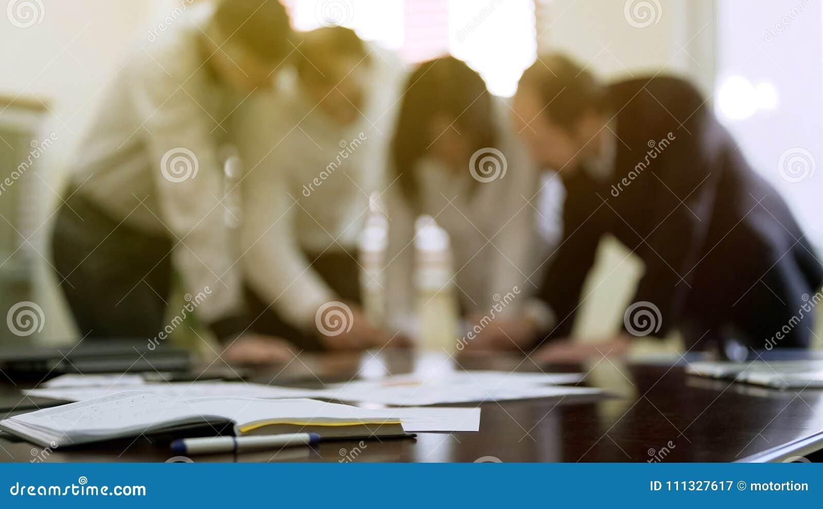 Collègues de société discutant des papiers de rapport lors de la réunion d affaires, coopération