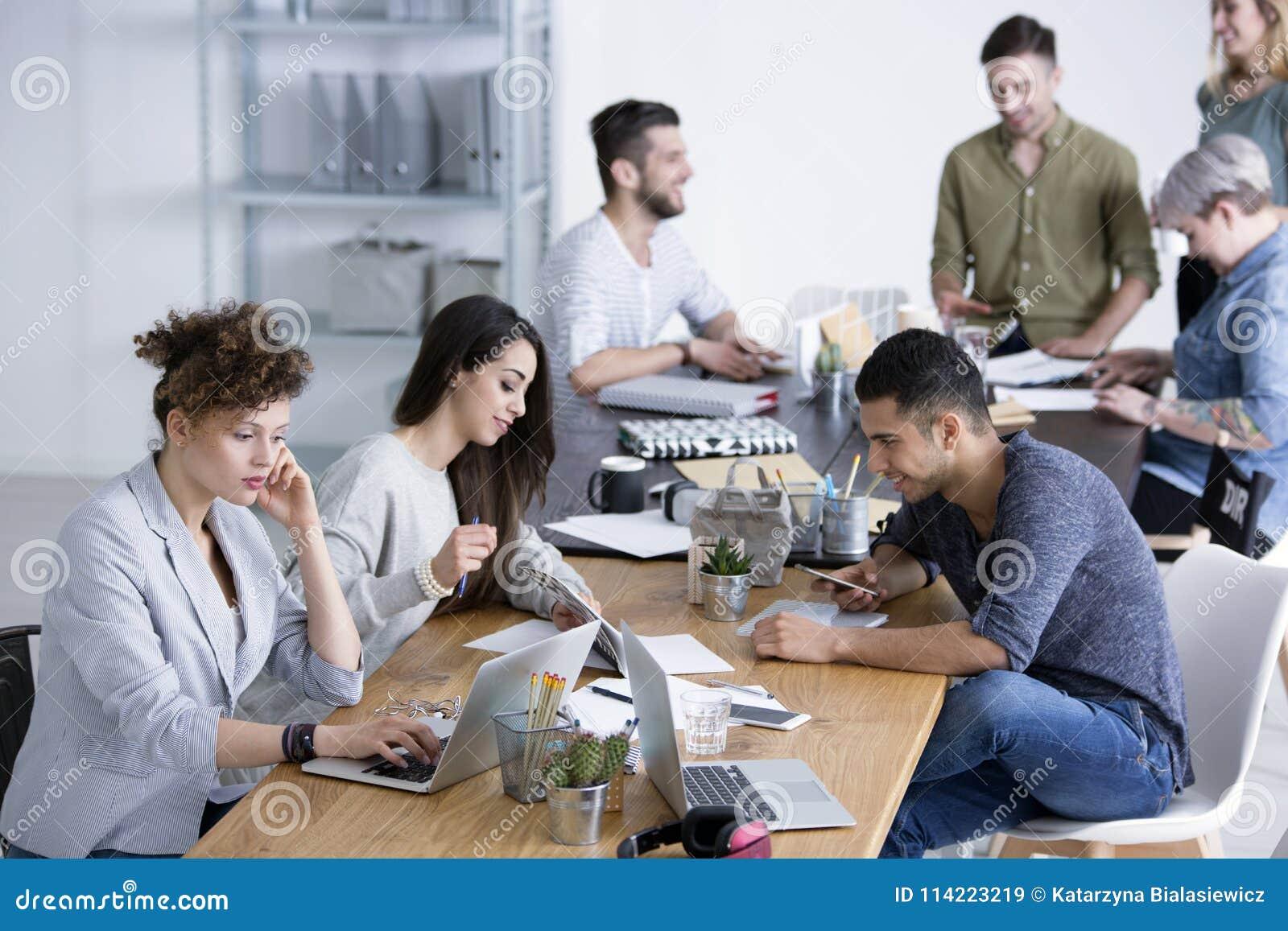 Collègues faisant un brainstorm des idées pour le projet