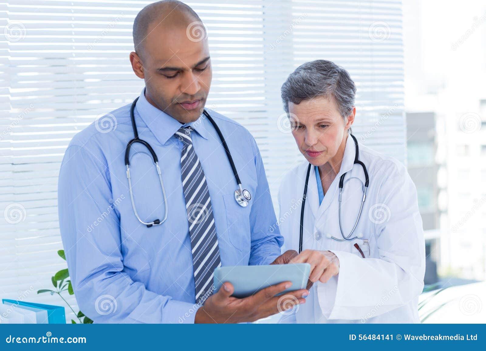 Collègues médicaux travaillant avec la tablette