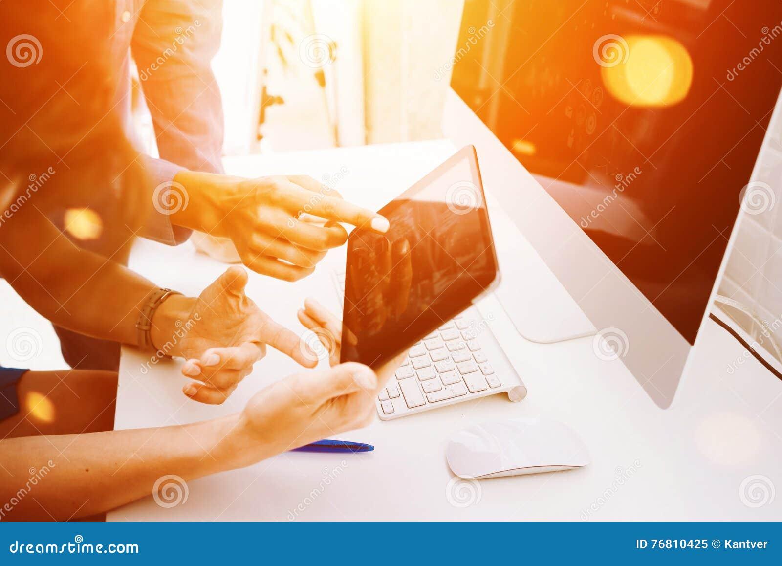 Collègues prenant de grandes décisions Jeunes affaires lançant le bureau sur le marché moderne de Team Discussion Corporate Work