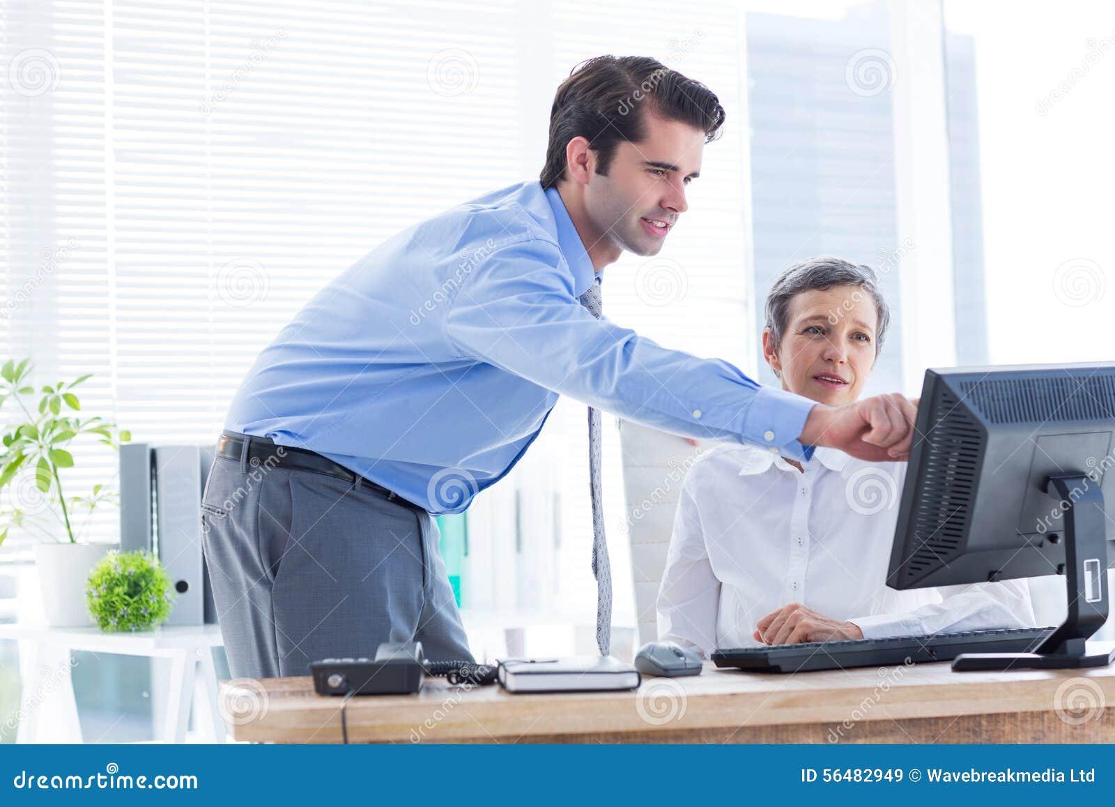 Collègues sérieux travaillant ensemble sur l ordinateur