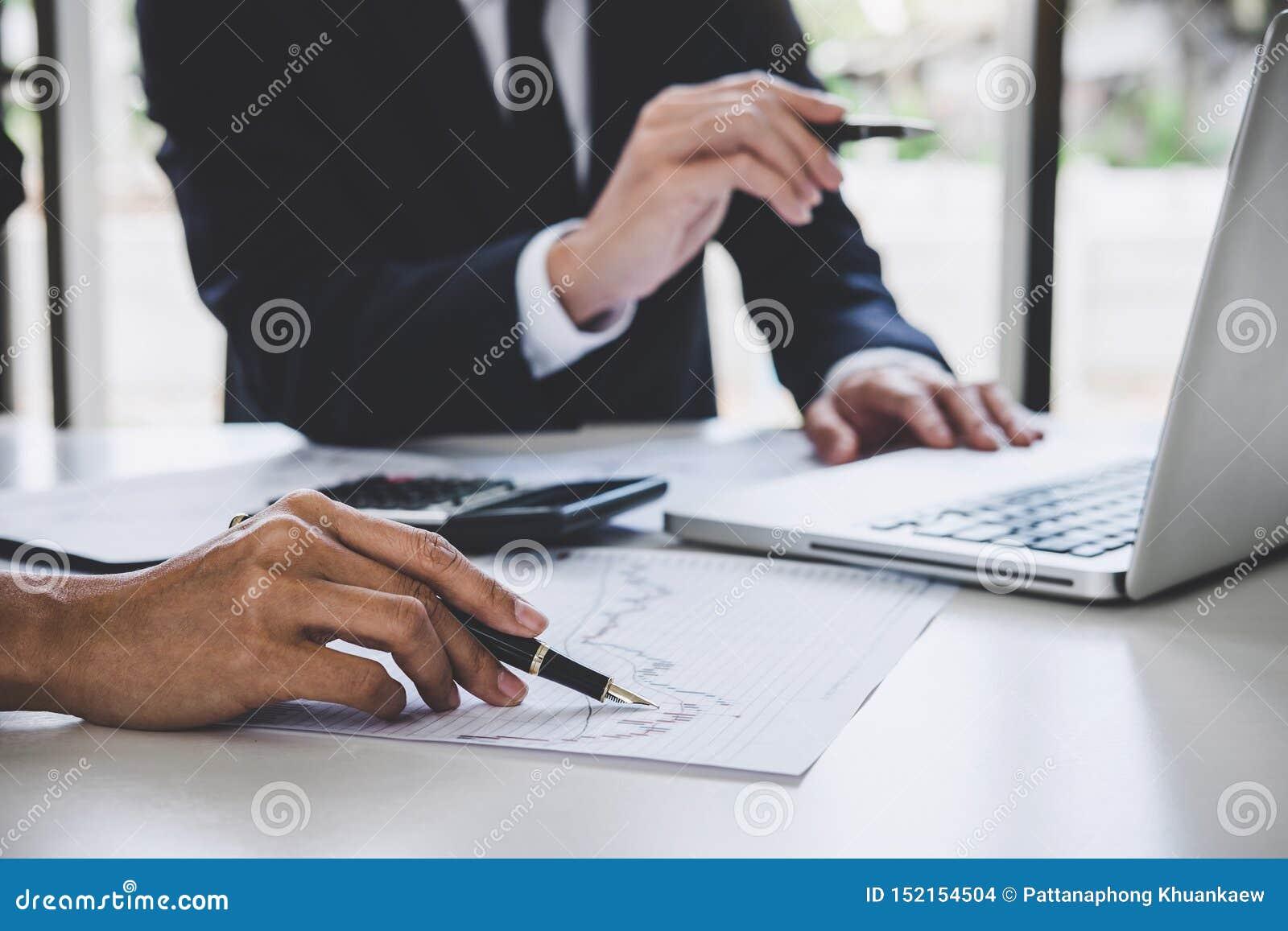 Coll?gues d ?quipe d affaires travaillant avec l ordinateur, l ordinateur portable, la discussion et le commerce de march? boursi