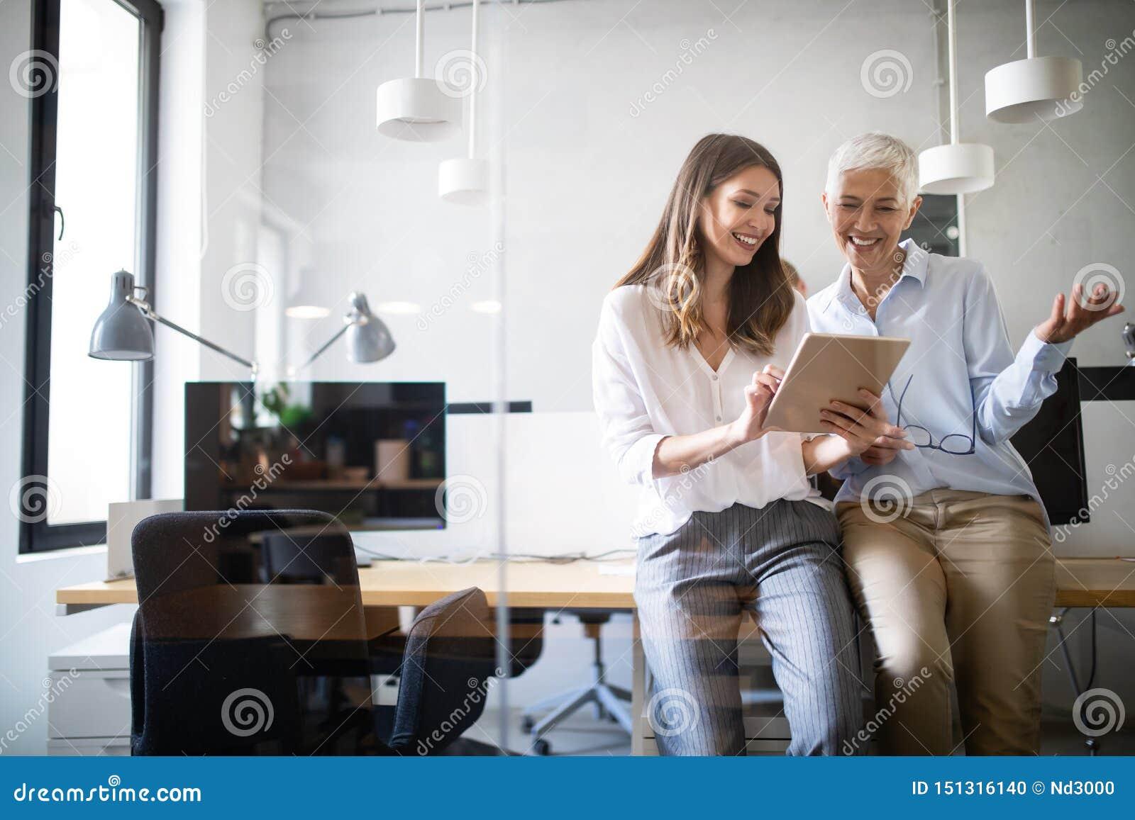 Collaborazione ed analisi dalla gente di affari che lavora nell ufficio