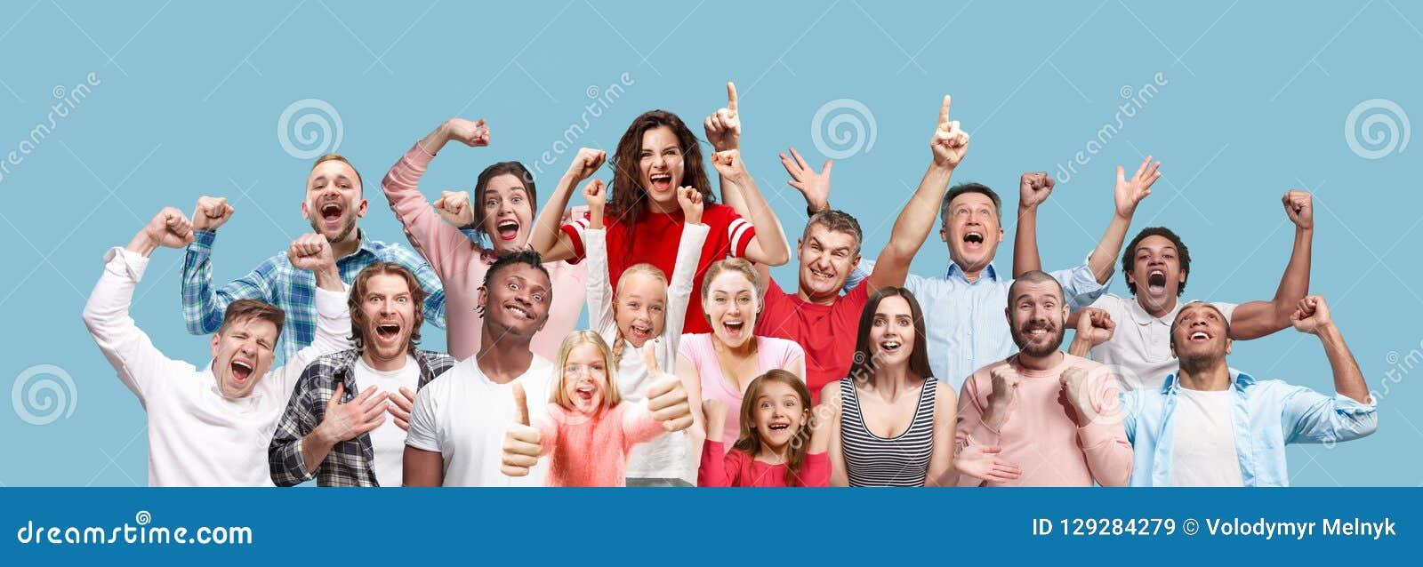 Collage av män och kvinnor för vinnande framgång som lyckliga firar vara en vinnare