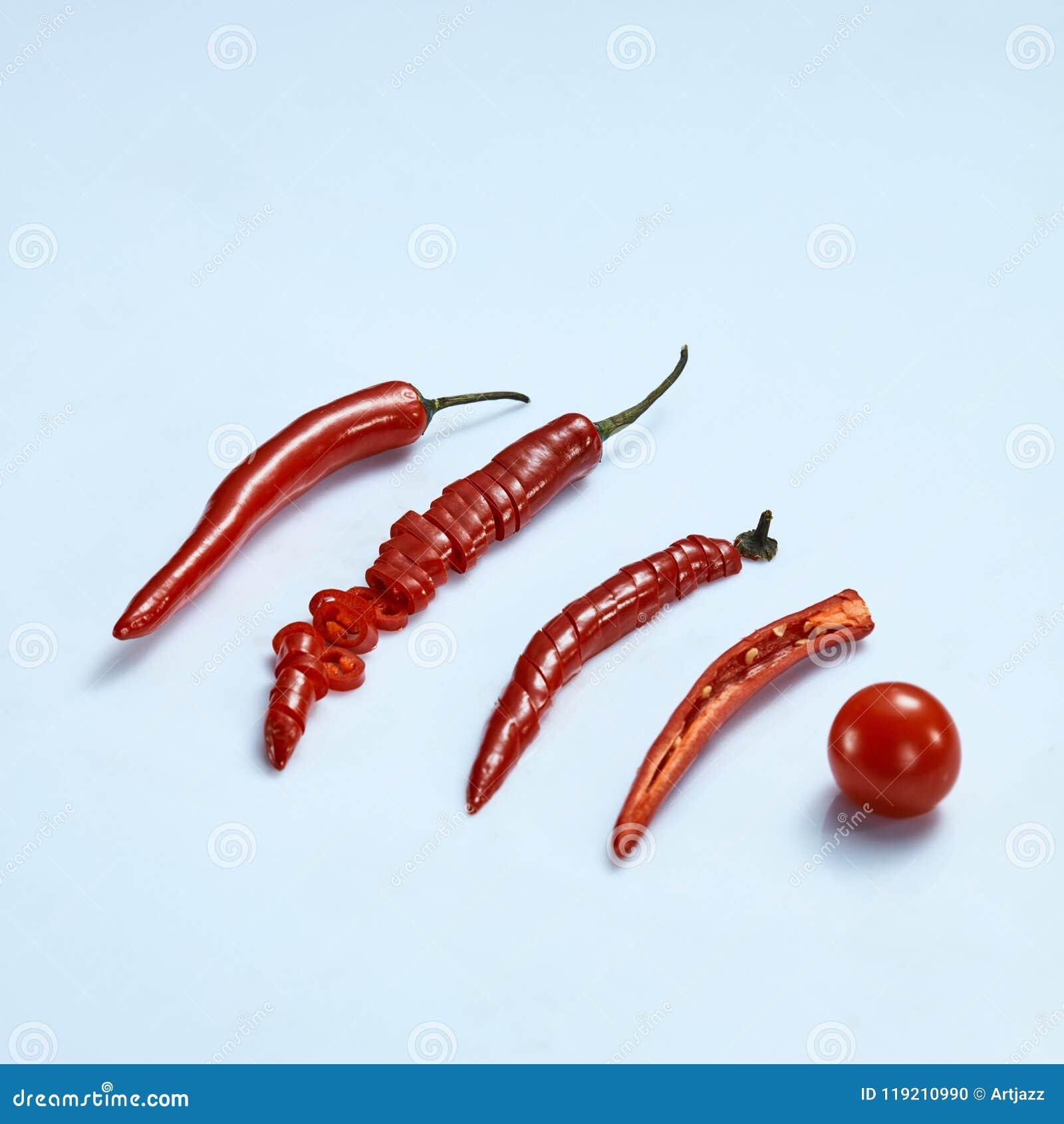 Collage des poivrons et de la tomate de piment sur le fond gris