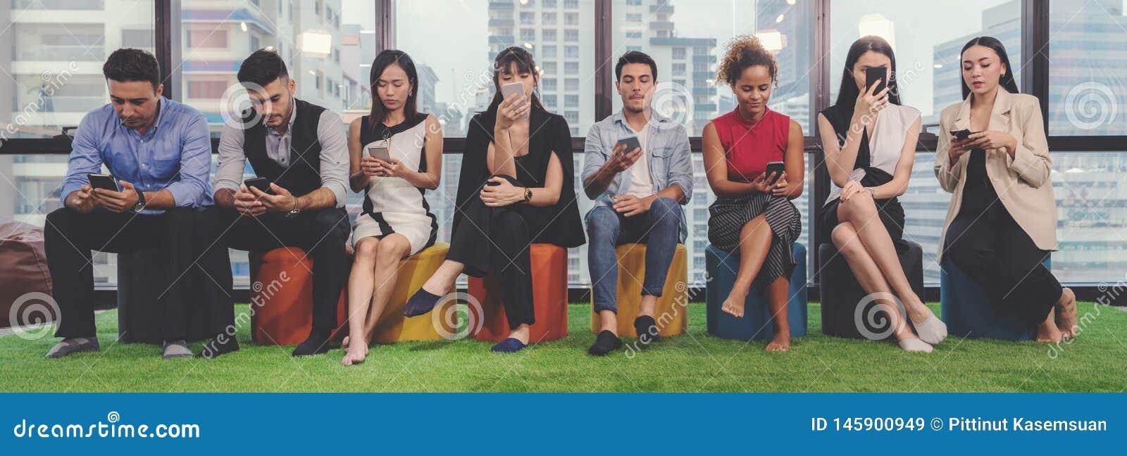 Collagebegrepp av olikt lyckligt folk i tillfällig stil och olik ålderinnehavmobiltelefon som kontrollerar och använder budbärare