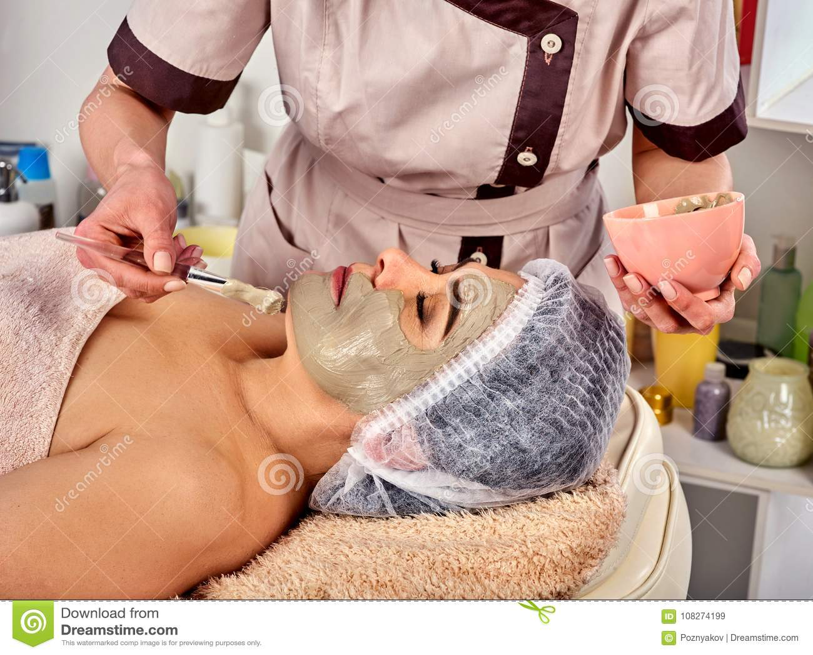 Collagenframsidamaskering Ansikts- hudbehandling Tillvägagångssätt för kvinnahäleriskönhetsmedel