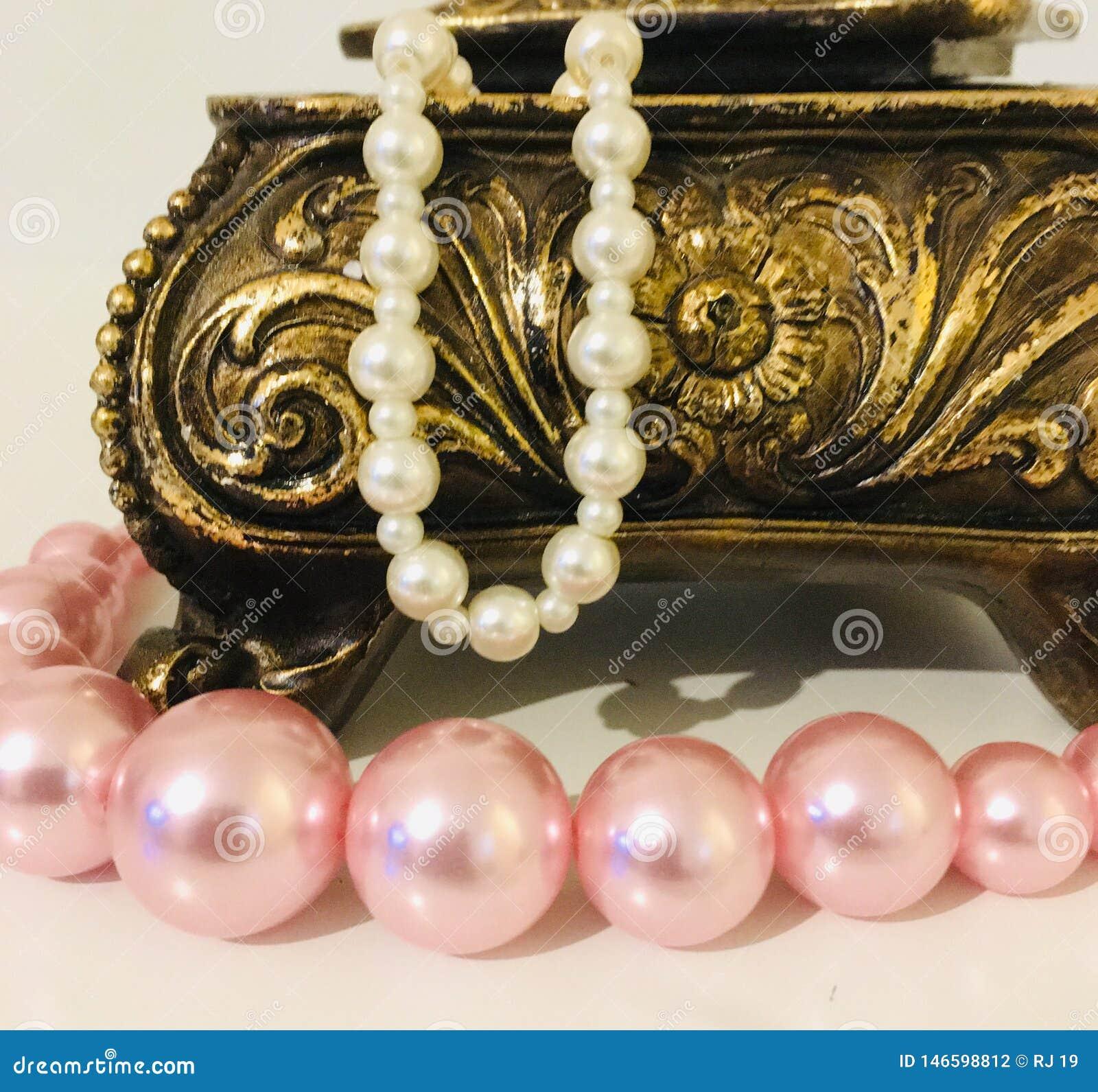Collana artificiale della perla in contenitore di gioielli