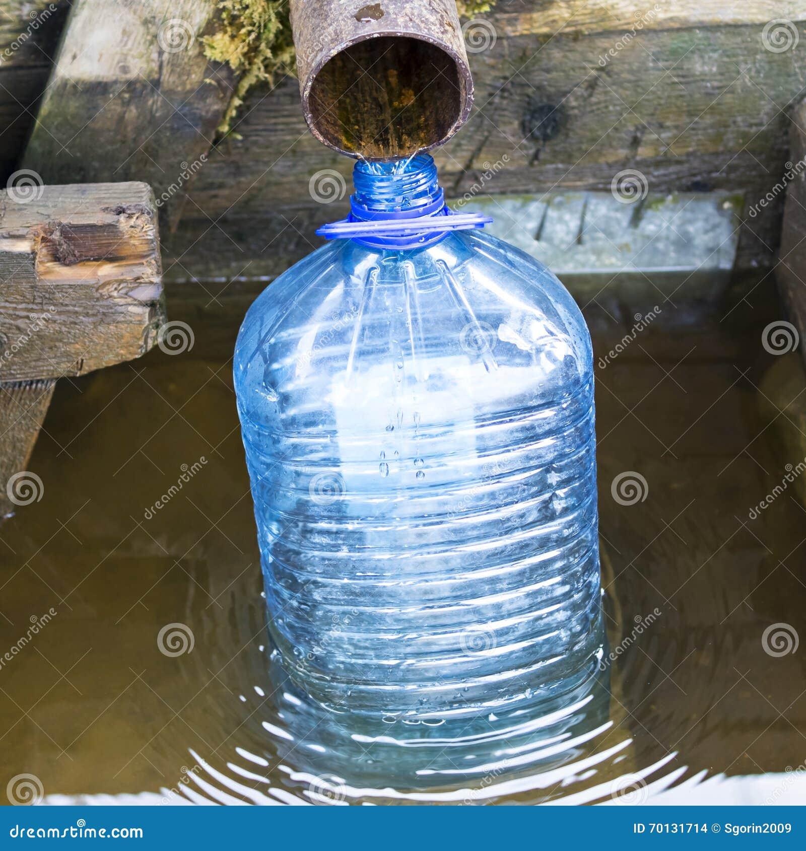 Collect Trinkwasser an einem Frühling