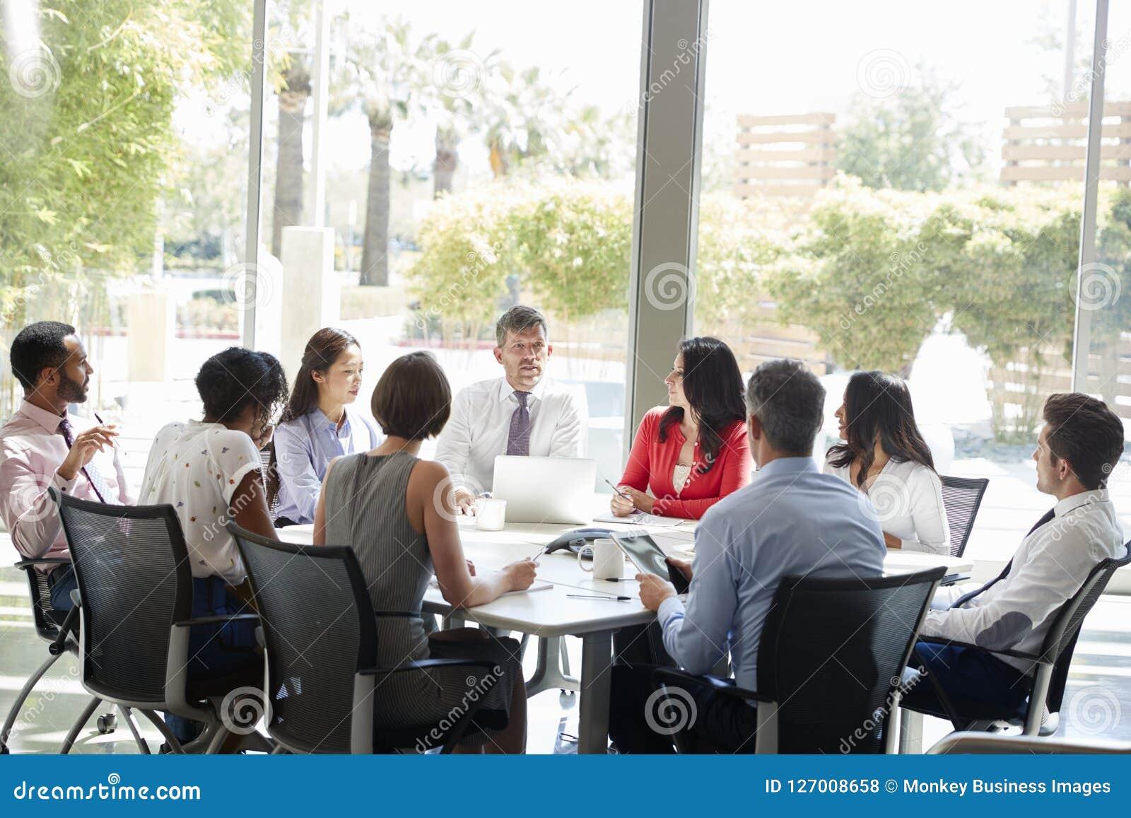 Collectief commercieel team in bespreking in een vergaderzaal