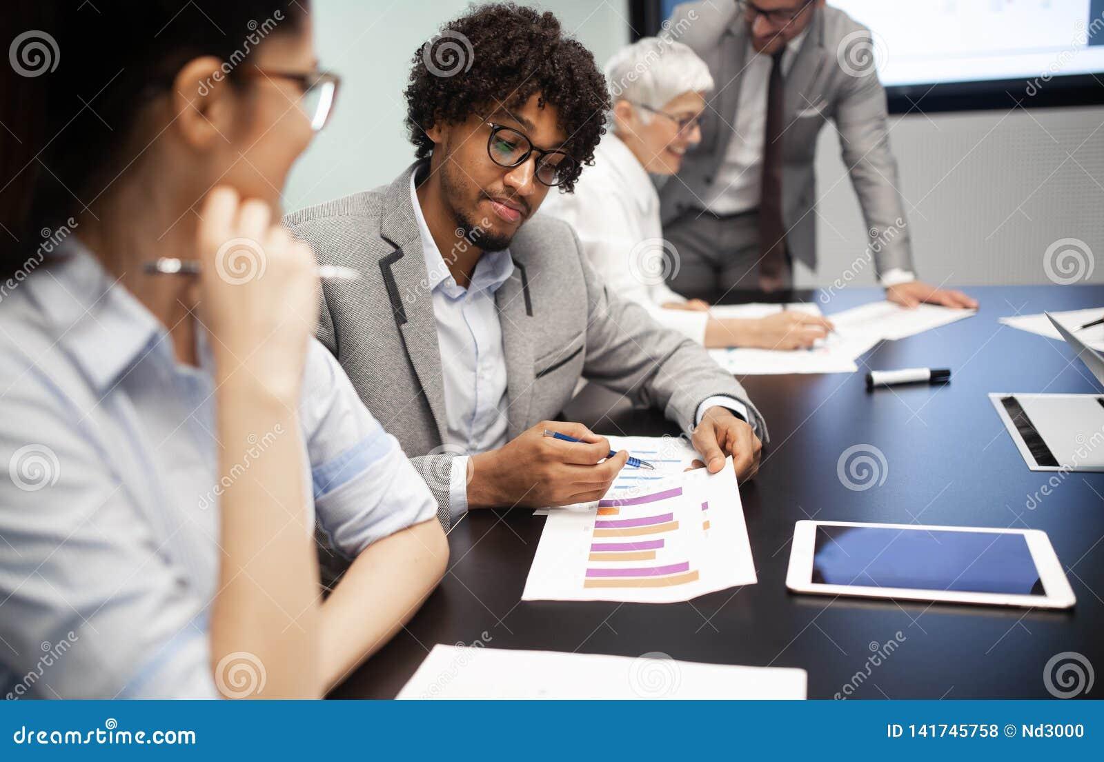 Collectieve bedrijfsteam en manager in een vergadering