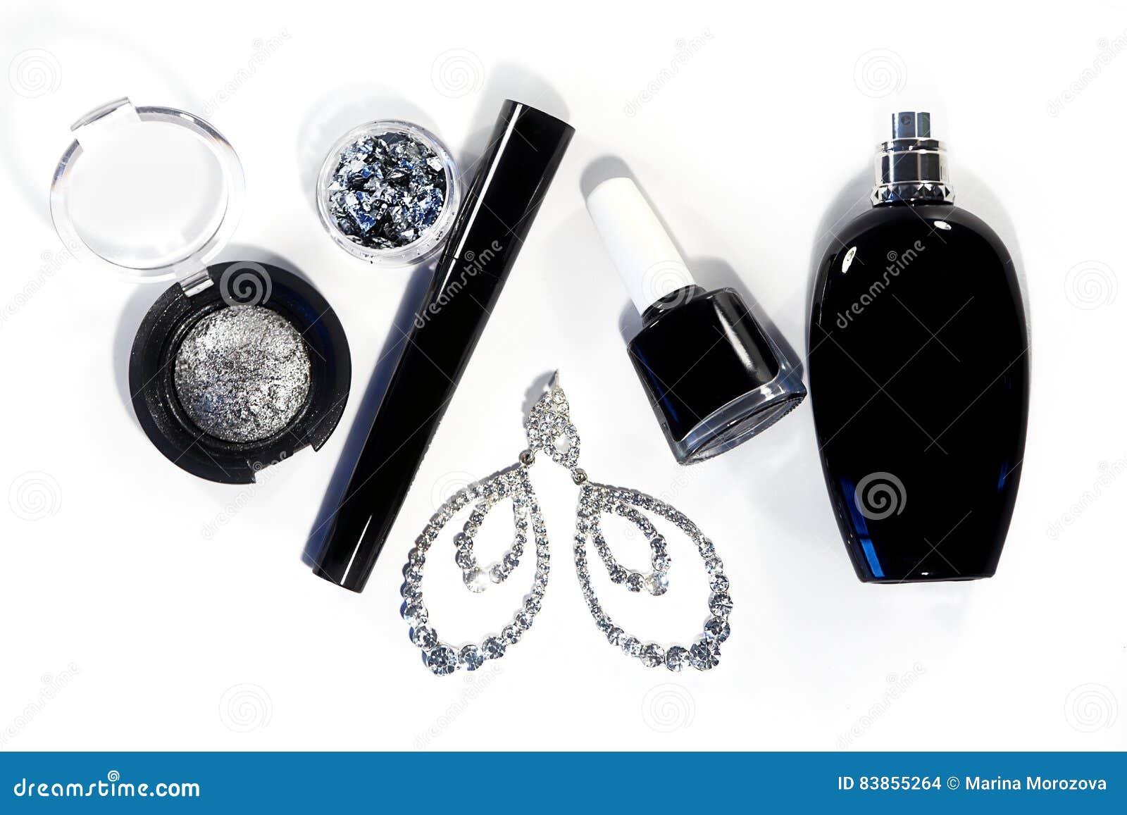 Collection avec des outils de cosmétiques Façonnez égaliser l ensemble décoratif avec des accessoires de maquillage, vernis à ong