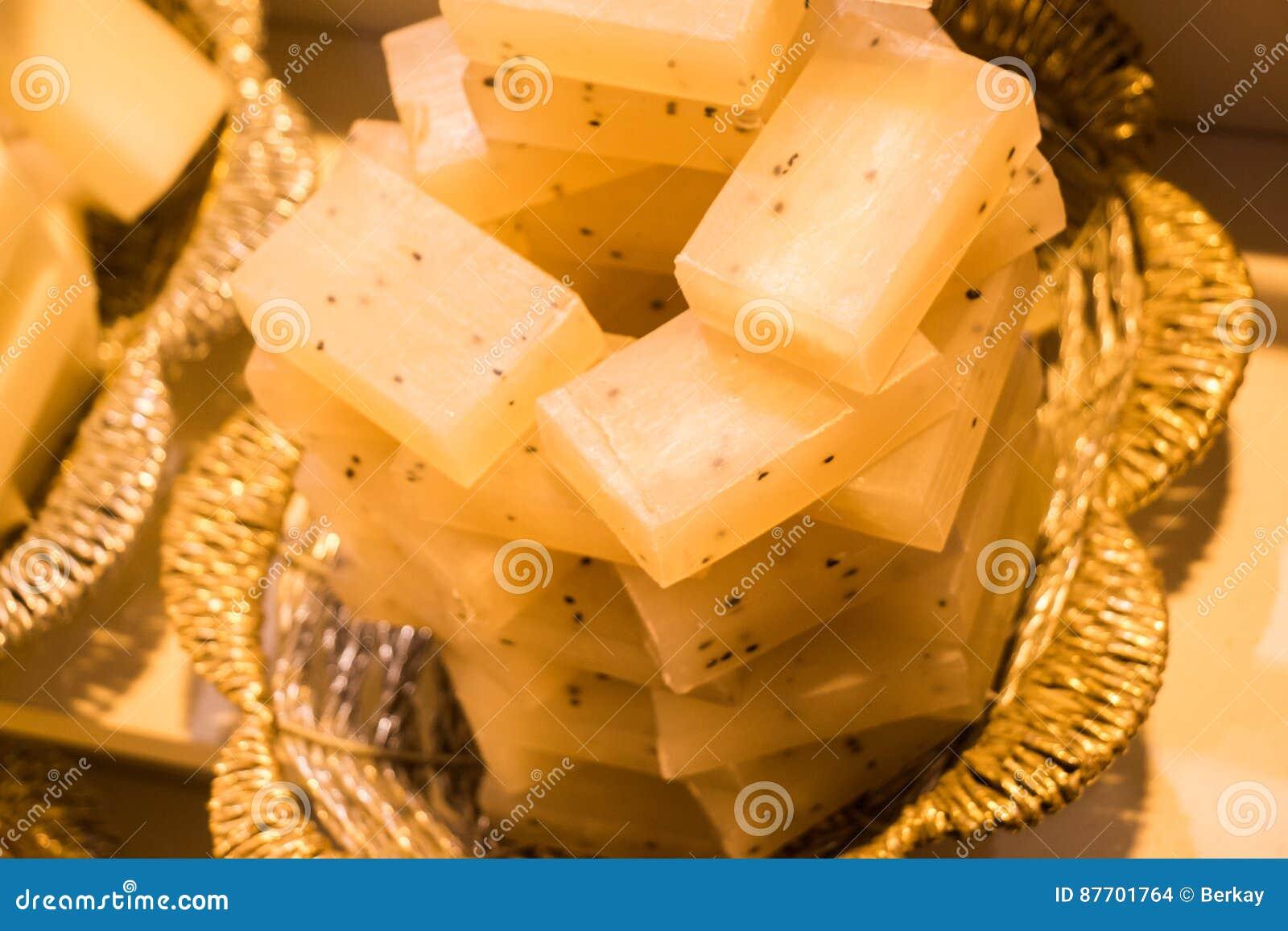 Collection de barres de savon organique fabriqué à la main dans un panier