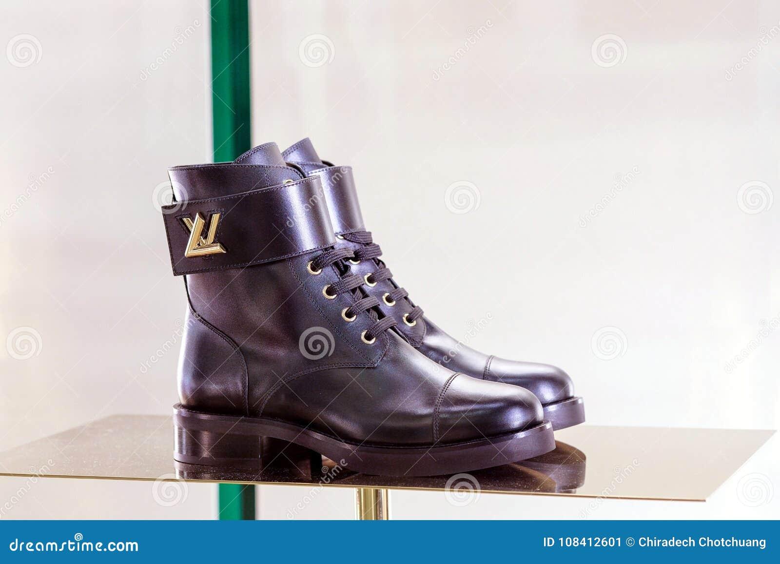 Collection de chaussures en cuir de Louis Vuitton pour des femmes dans l  étalage sur la 8eaafcd9f2b
