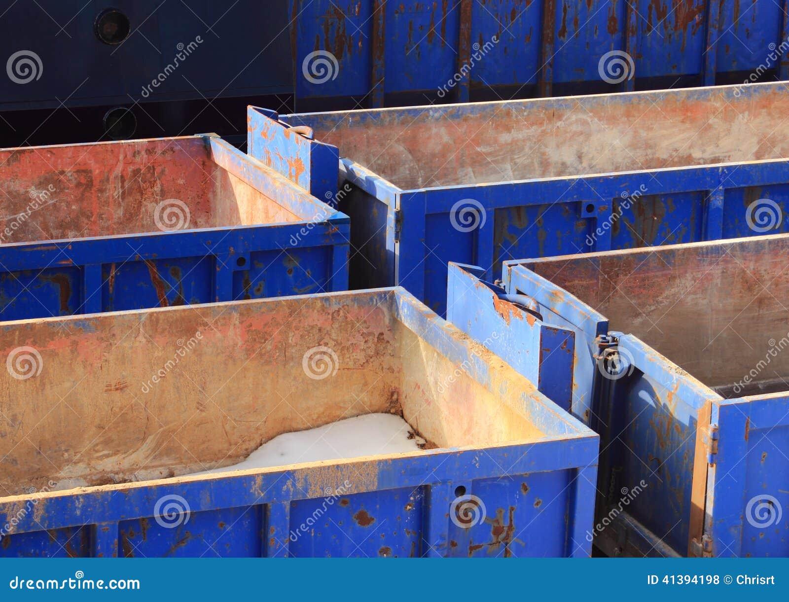 Collection de récipients bleus vides en hiver