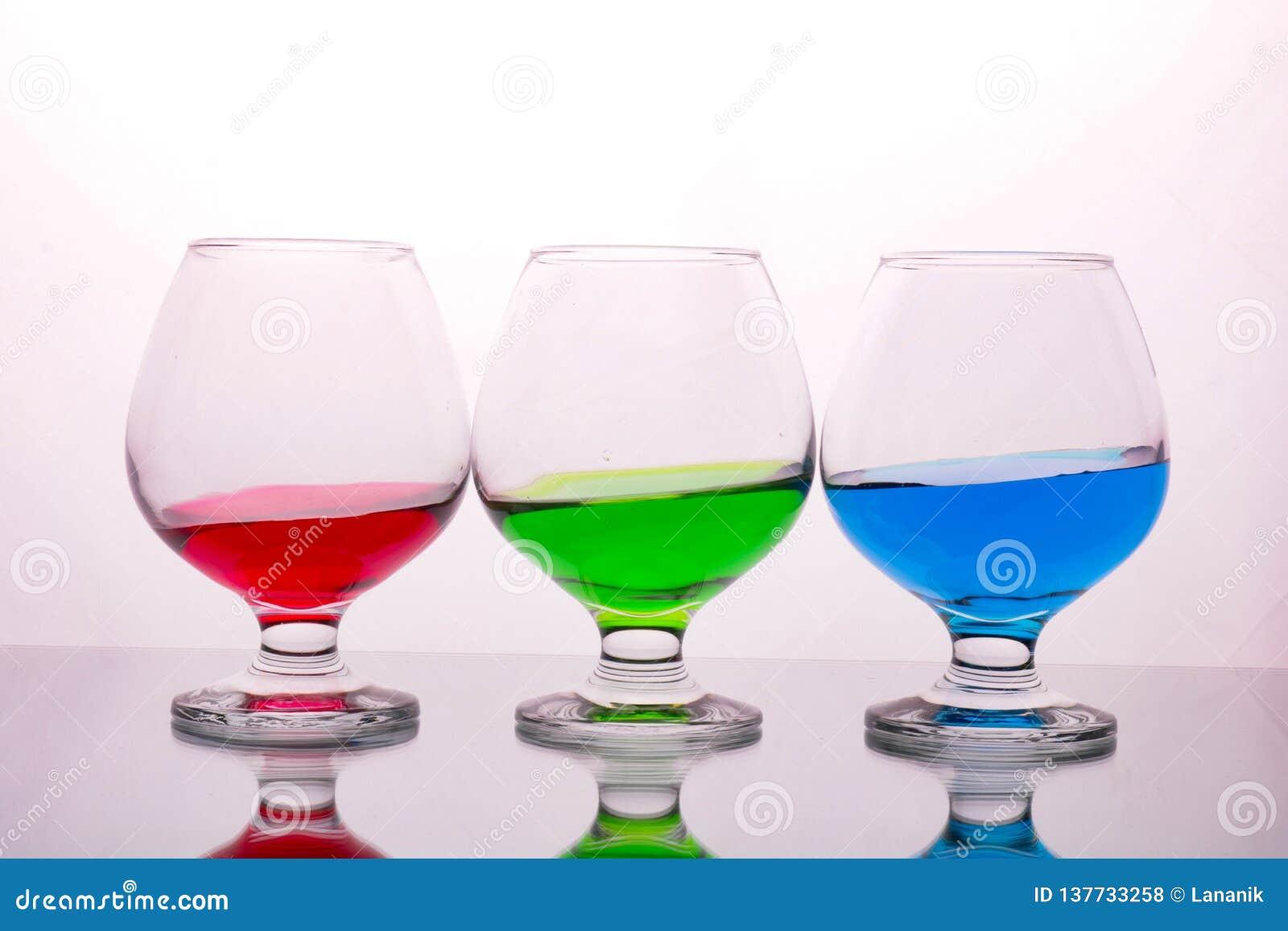 Collection de verres avec les boissons colorées