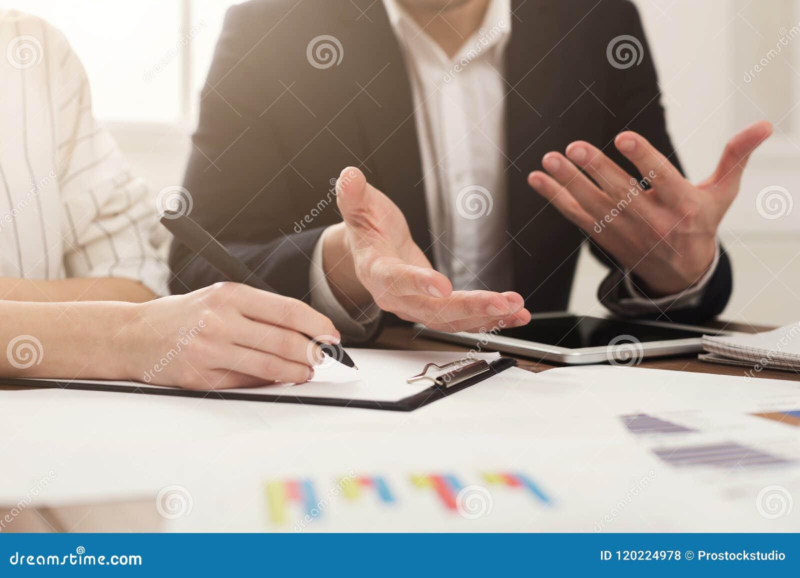 Collega s die bedrijfsaldo bespreken met grafieken