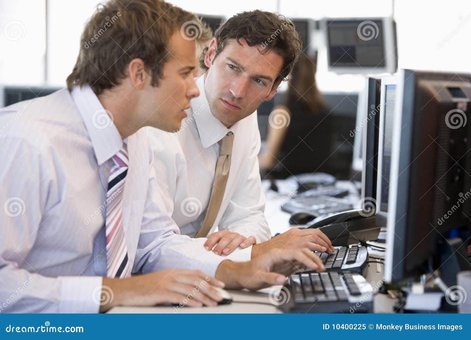 Collega s die bij Computer samenwerken