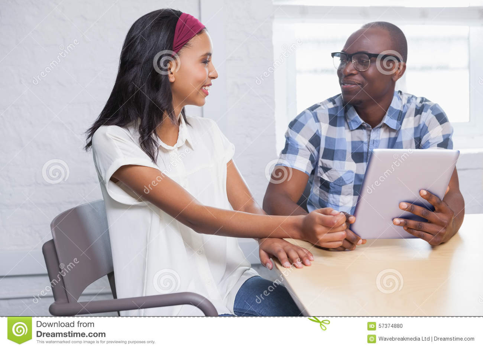 Colleghe che esaminano un computer della compressa