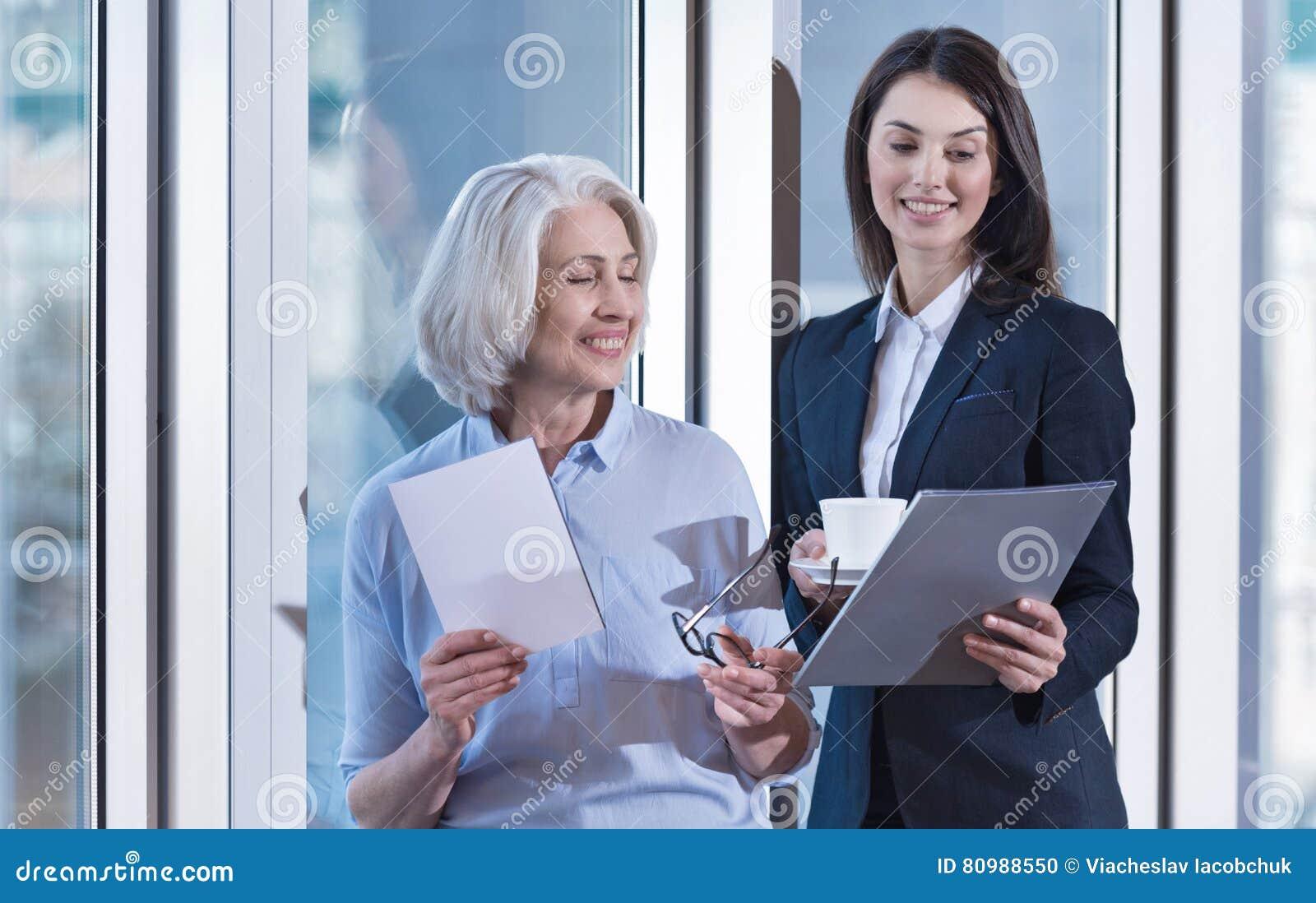 Colleghi contentissimi che ridono durante la pausa caffè