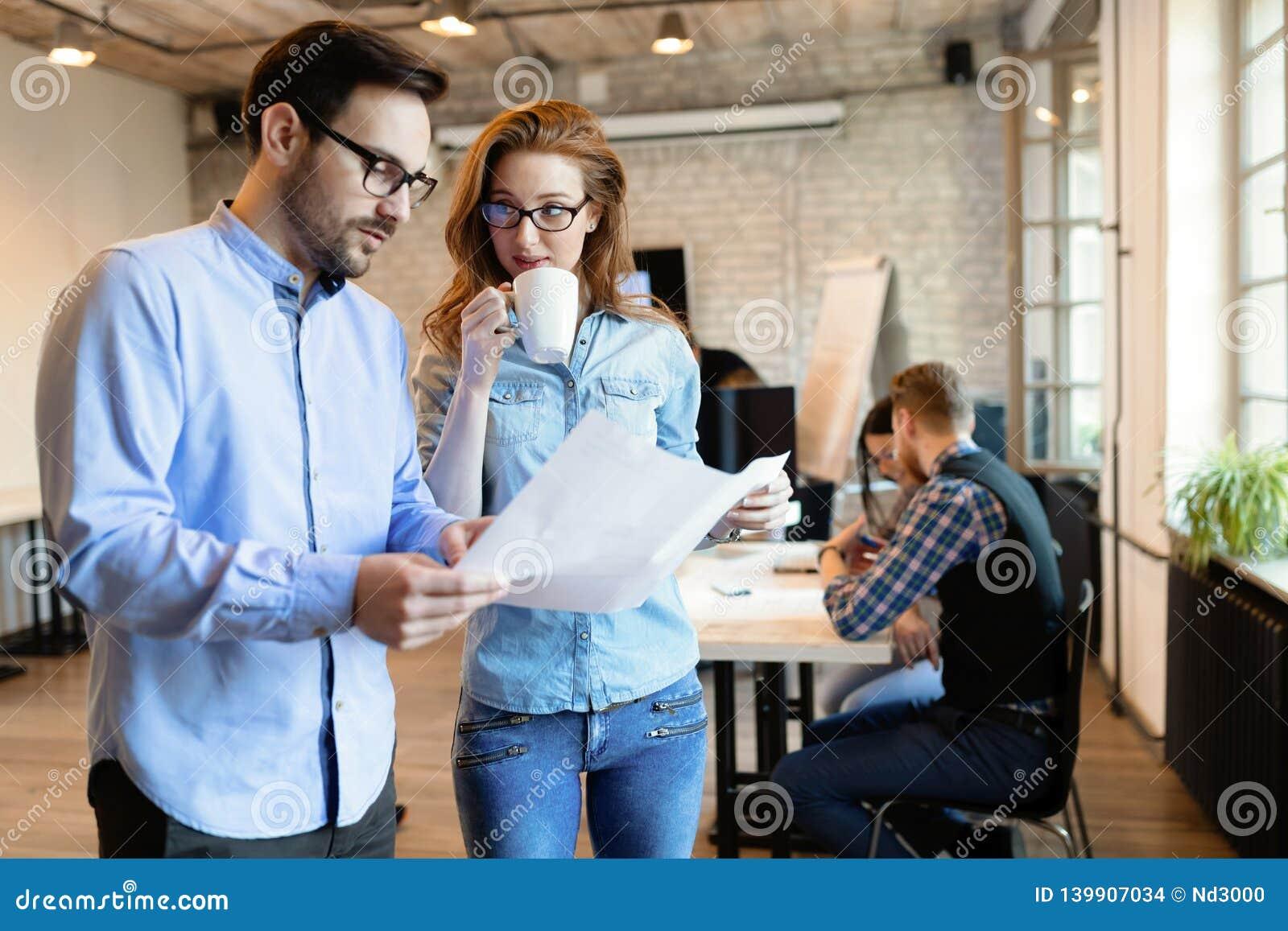 Colleghi di Coworking che hanno conversazione nel luogo di lavoro