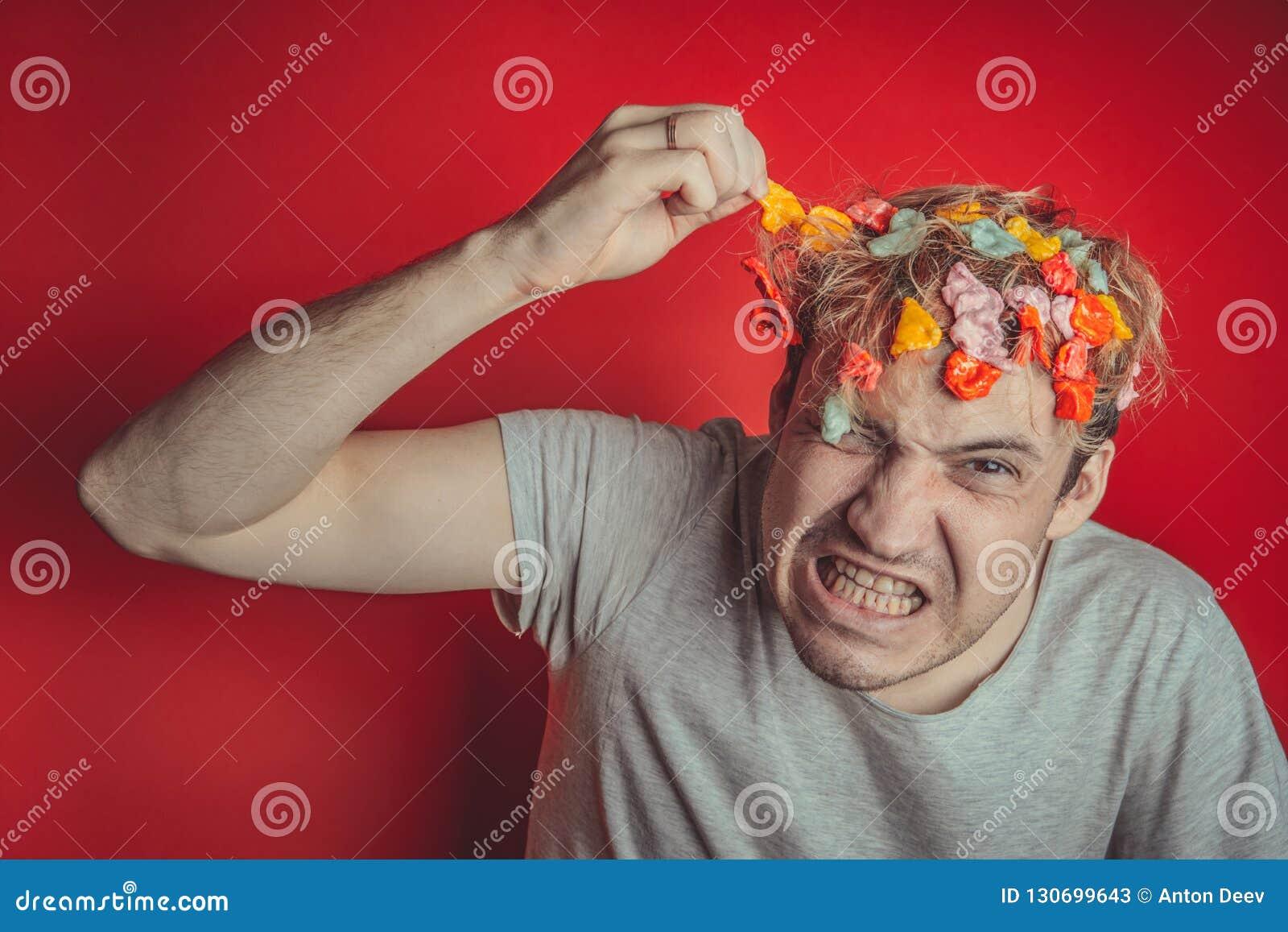 Collez dans sa tête Portrait de l homme avec le chewing-gum dans sa tête Homme avec des cheveux couverts en nourriture