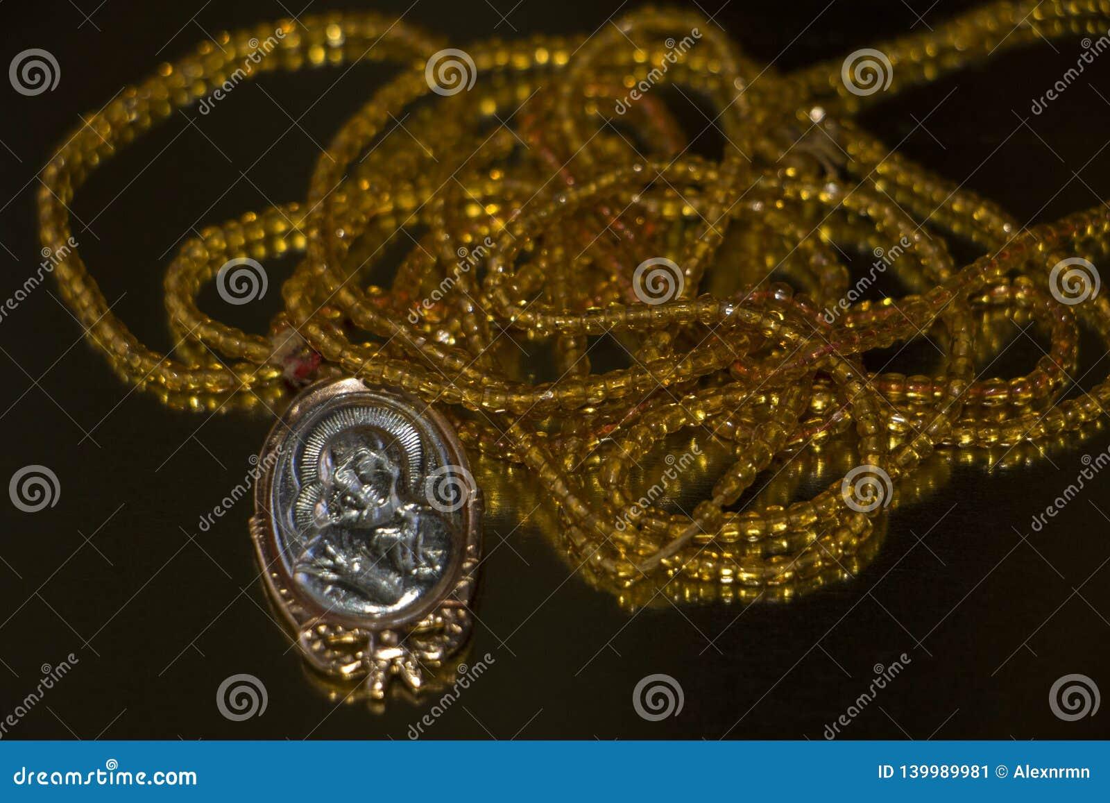 Collier de perle avec l icône de Vierge Marie