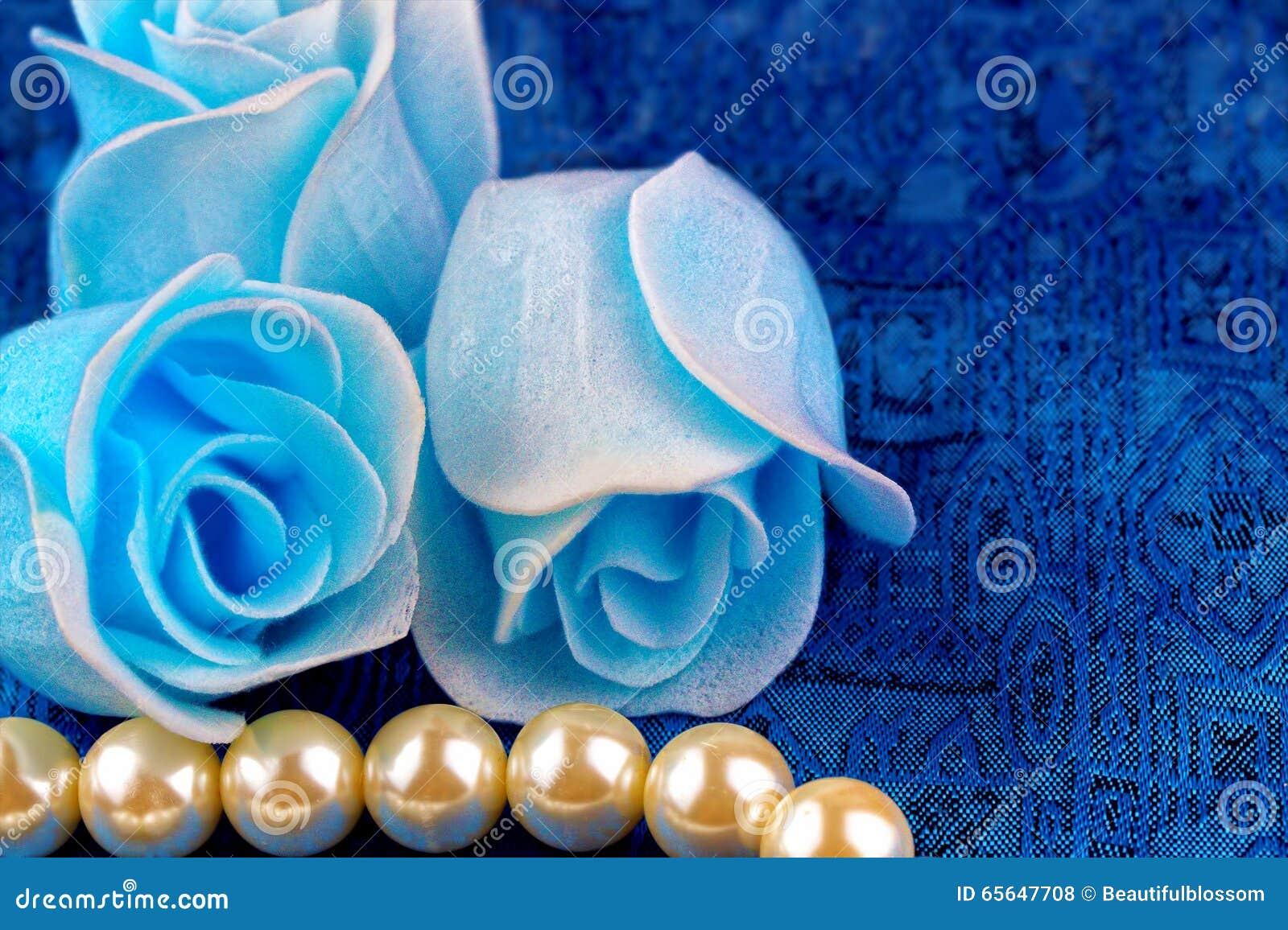 Collier de perle avec le fond bleu de satin