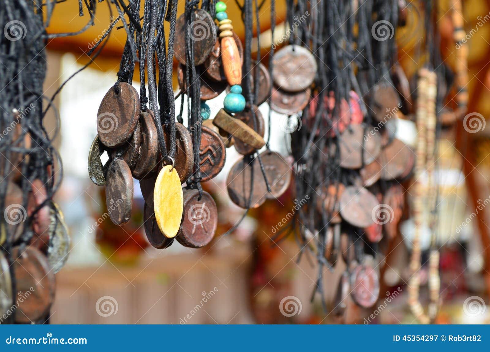 Colliers de bijoux de vintage à vendre à un marché extérieur