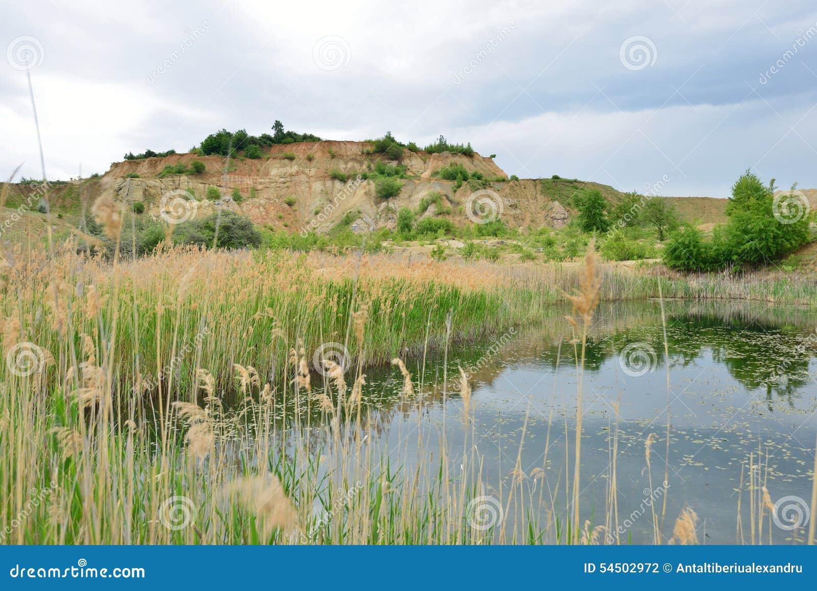 Colline de Reed et de kaolin au lac bleu lagoon