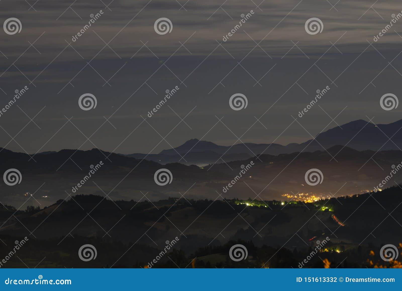 Colline di notte fuori di Urbino Italia