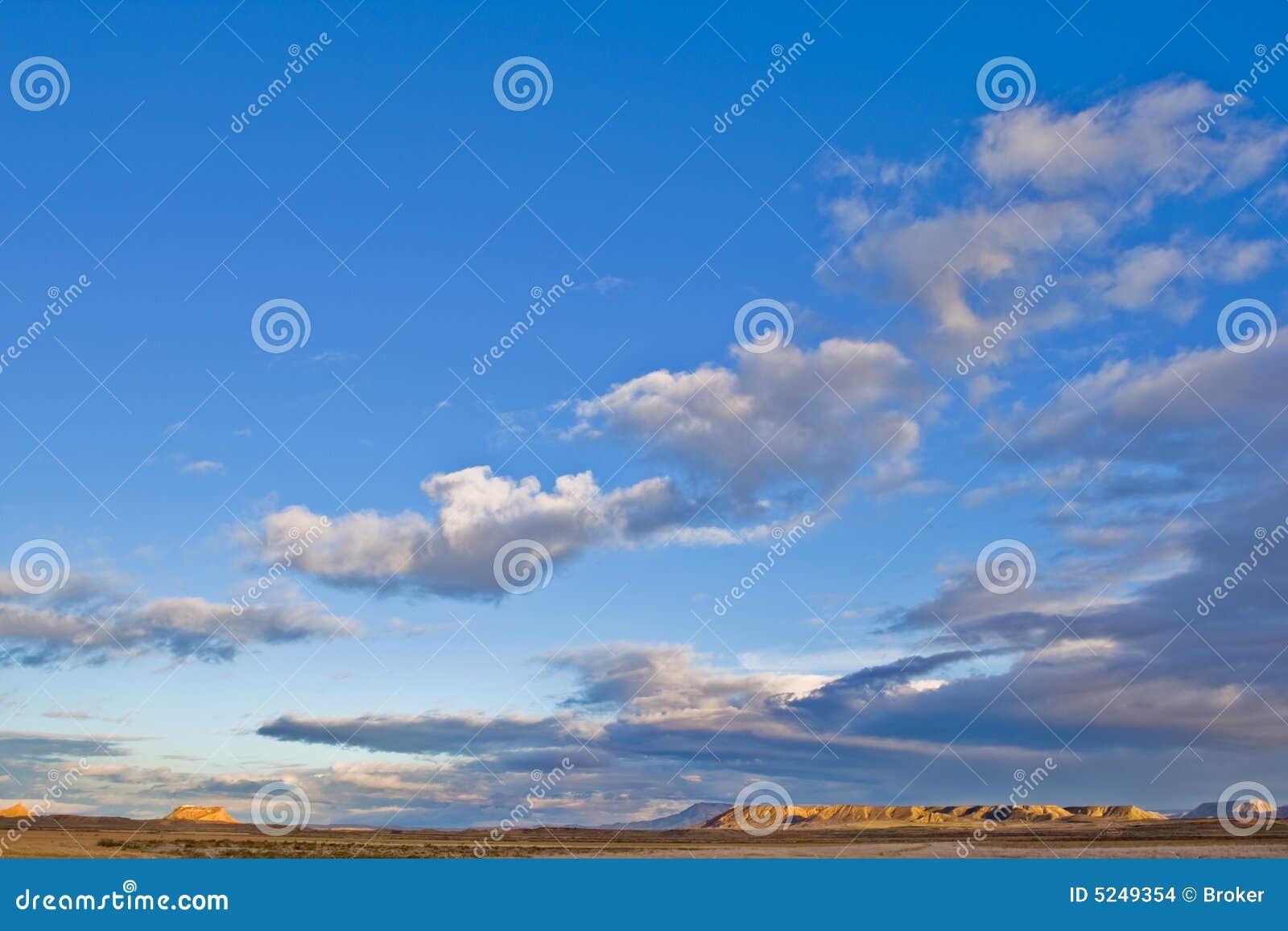 Colline sotto il cielo nuvoloso