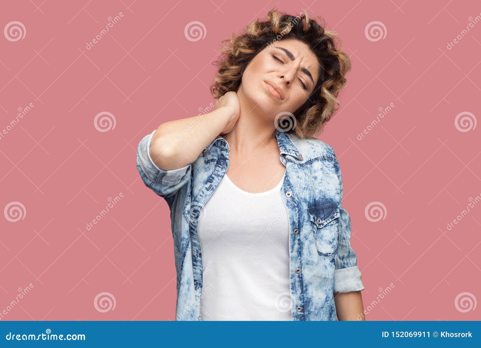Ritratto Di Bella Giovane Donna Bionda Con Lacconciatura