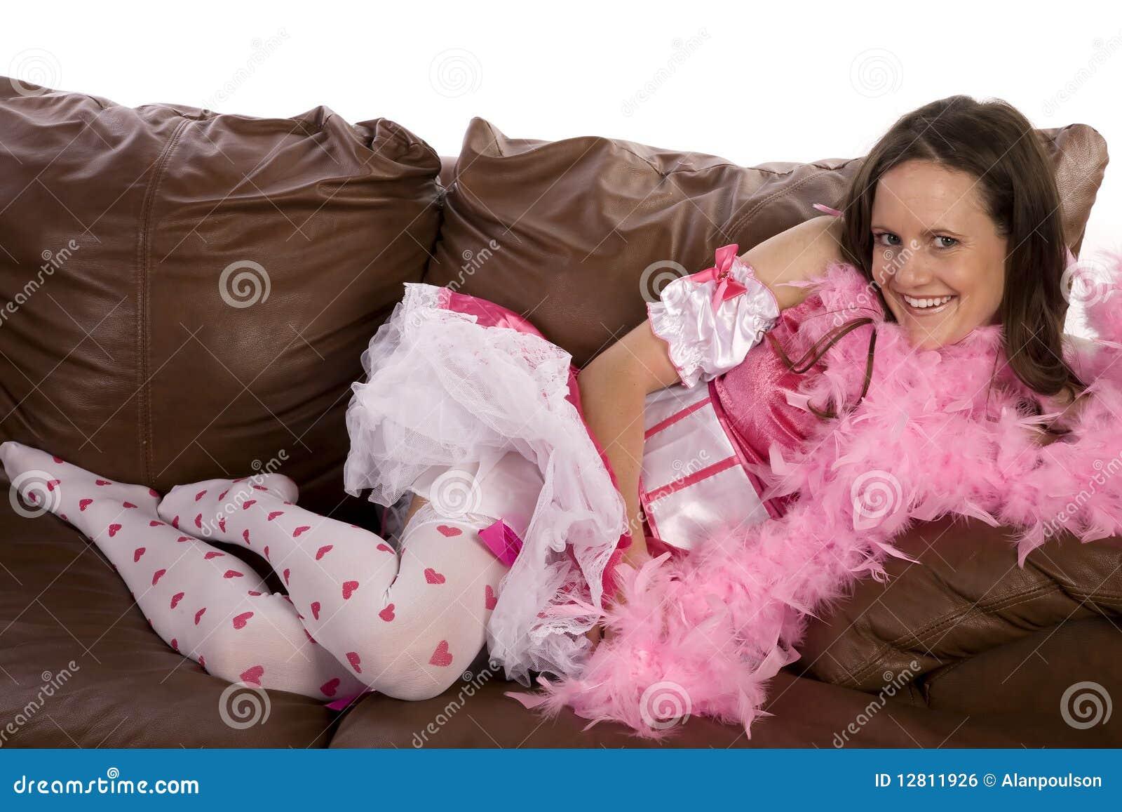 Colocação em penas da cor-de-rosa do sofá