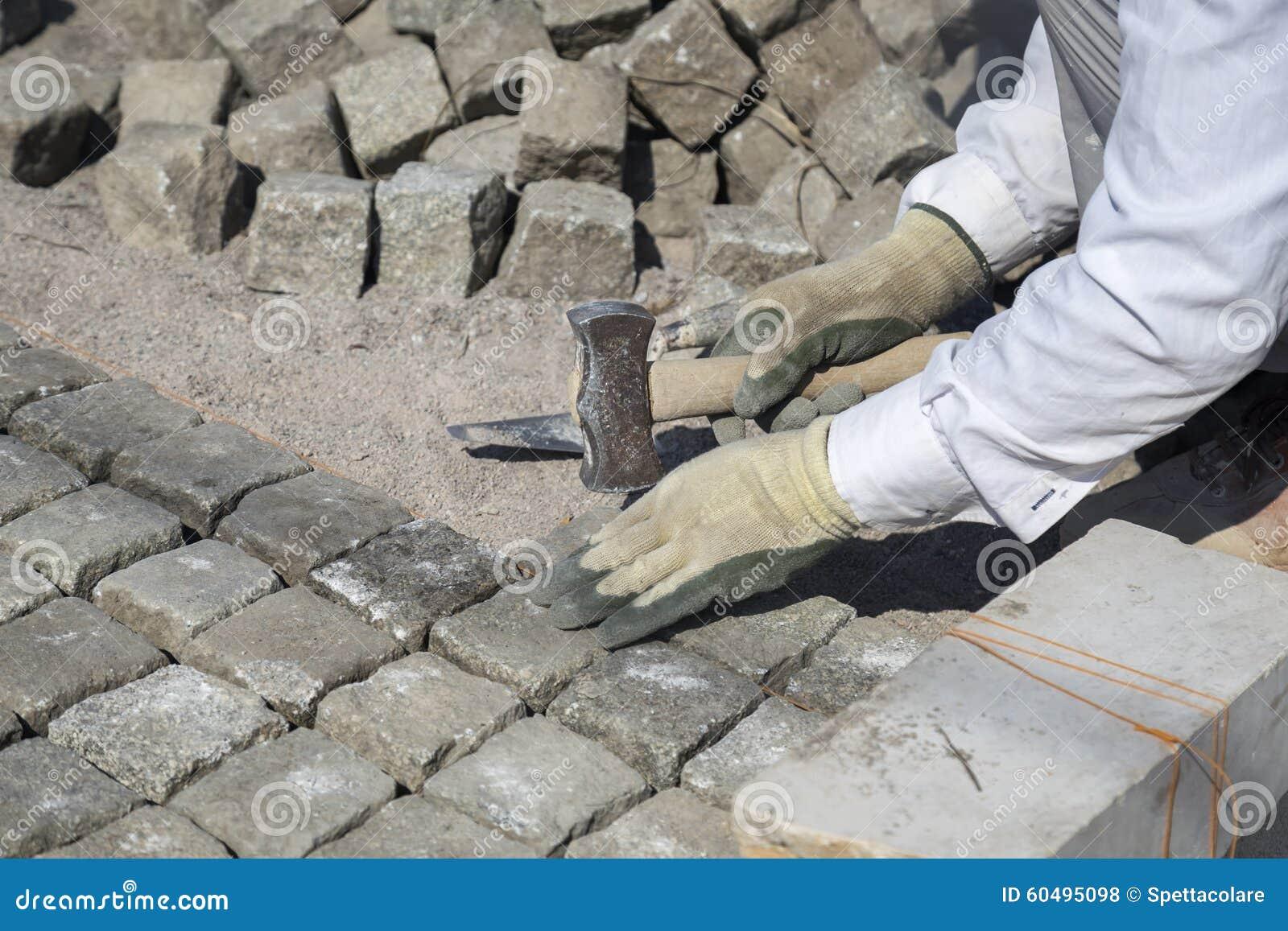 Colocaci n de los adoquines naturales de la piedra del - Adoquin de piedra ...