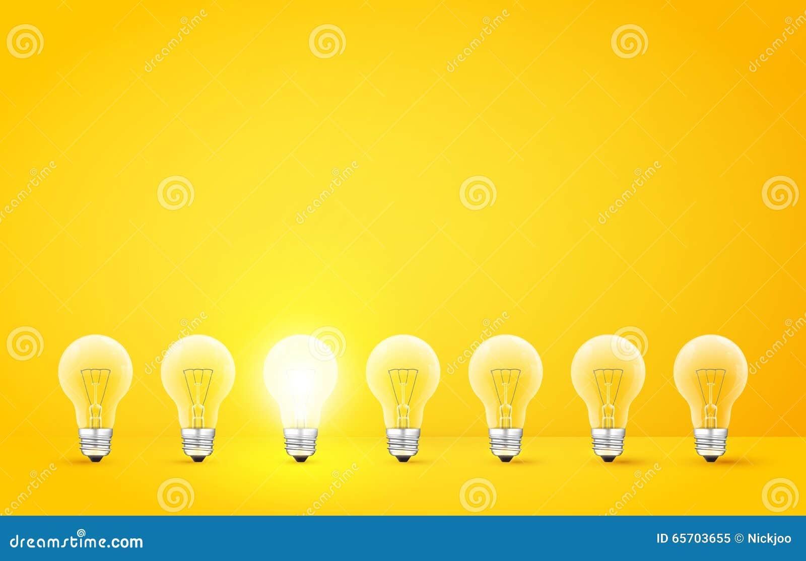 Colocación en fila de bombillas con el brillar intensamente en fondo amarillo A diferencia de otros o del hombre de concepto impa