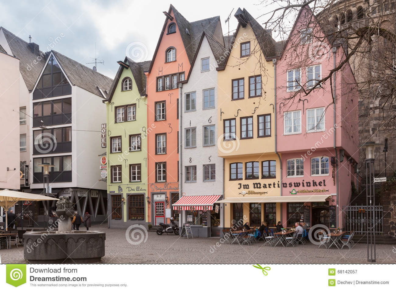 cologne allemagne 6 mars 2015 maisons color es dans la vieille ville sur le remblai du rhin. Black Bedroom Furniture Sets. Home Design Ideas