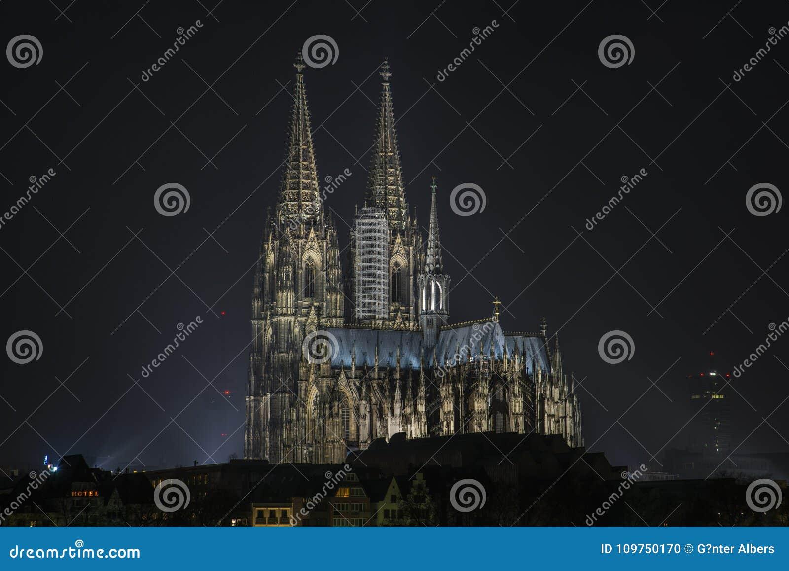 Cologne domkyrka på natten