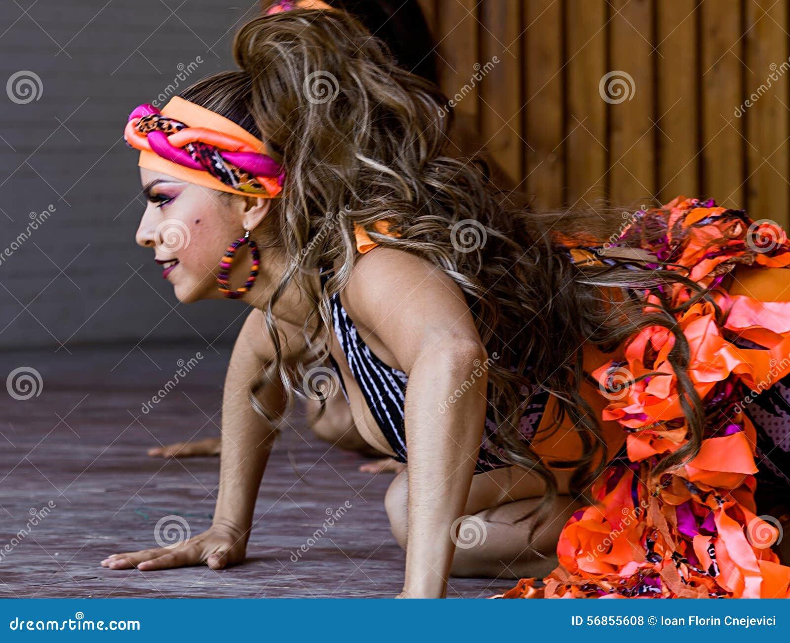 Colombiansk dansare för ung flicka
