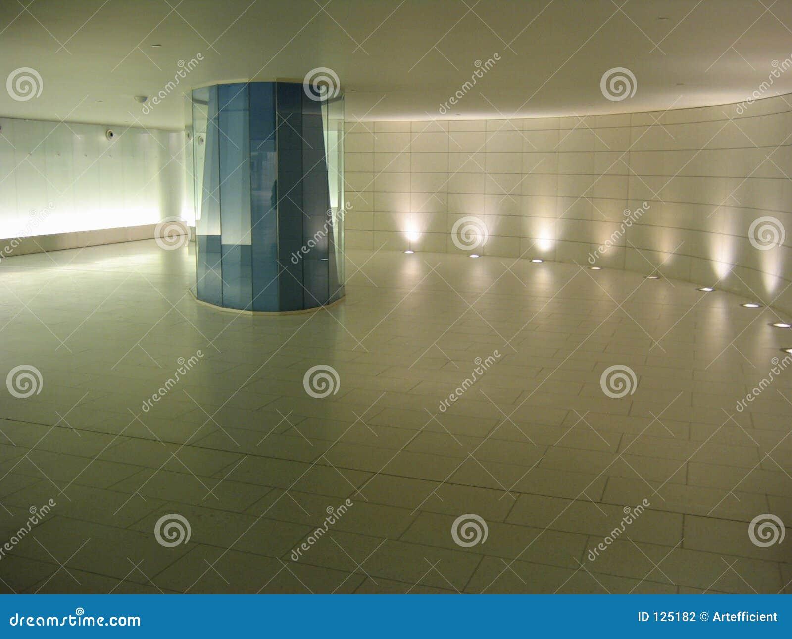 Colomn de vidro azul em um corredor subterrâneo