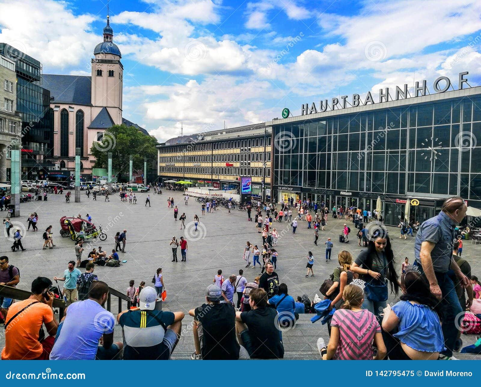 Colonia, Germania - 17 luglio - 2018: La gente che cammina attraverso la stazione centrale di Colonia in Germania