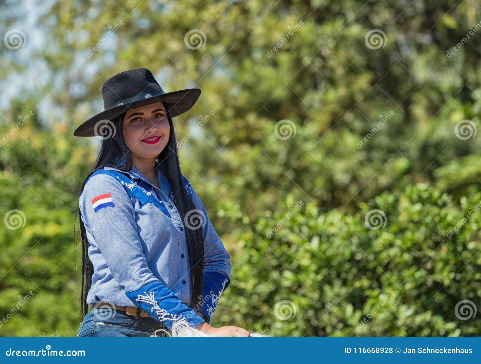 Colonia Independencia, Παραγουάη - 14 Μαΐου 2018: Μια όμορφη γυναίκα οδηγά υπερήφανα το άλογό της κατά τη διάρκεια του ετήσιου πα