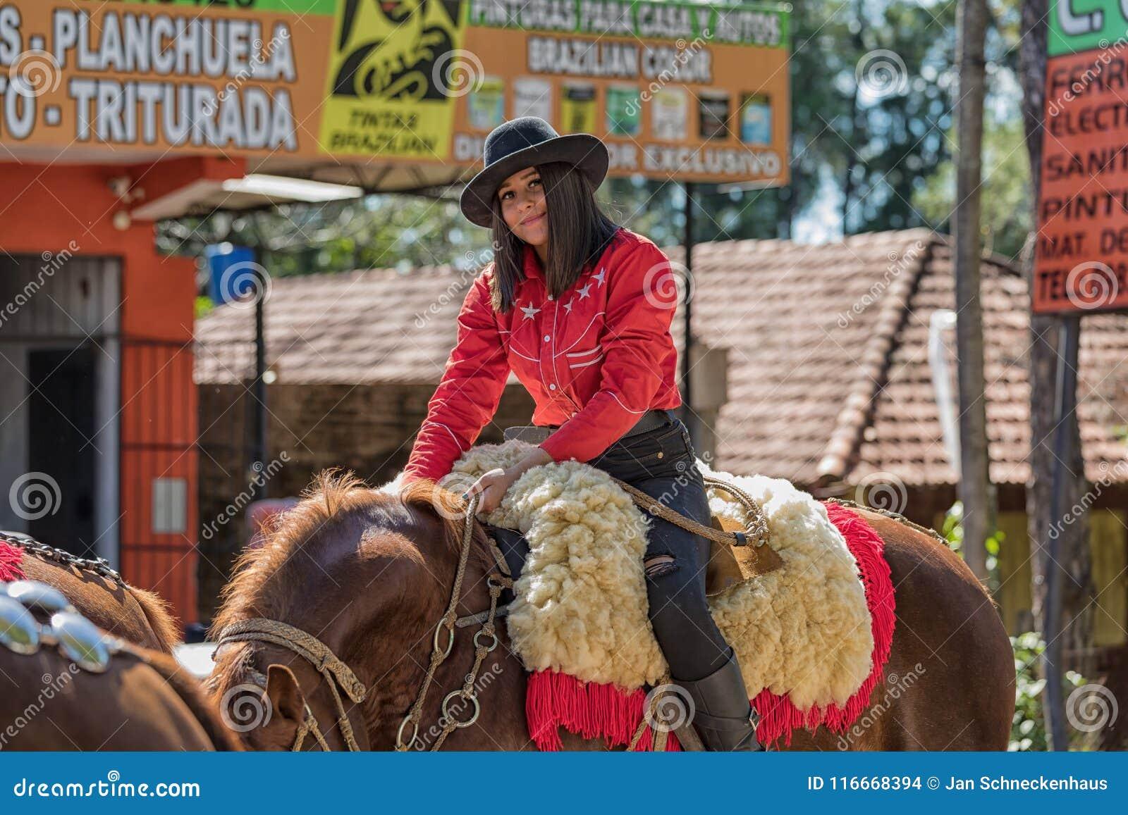 Colonia Independencia, Paraguay - 14. Mai 2018: Eine Schönheit reitet stolz ihr Pferd während des jährlichen Paraguayers Independ