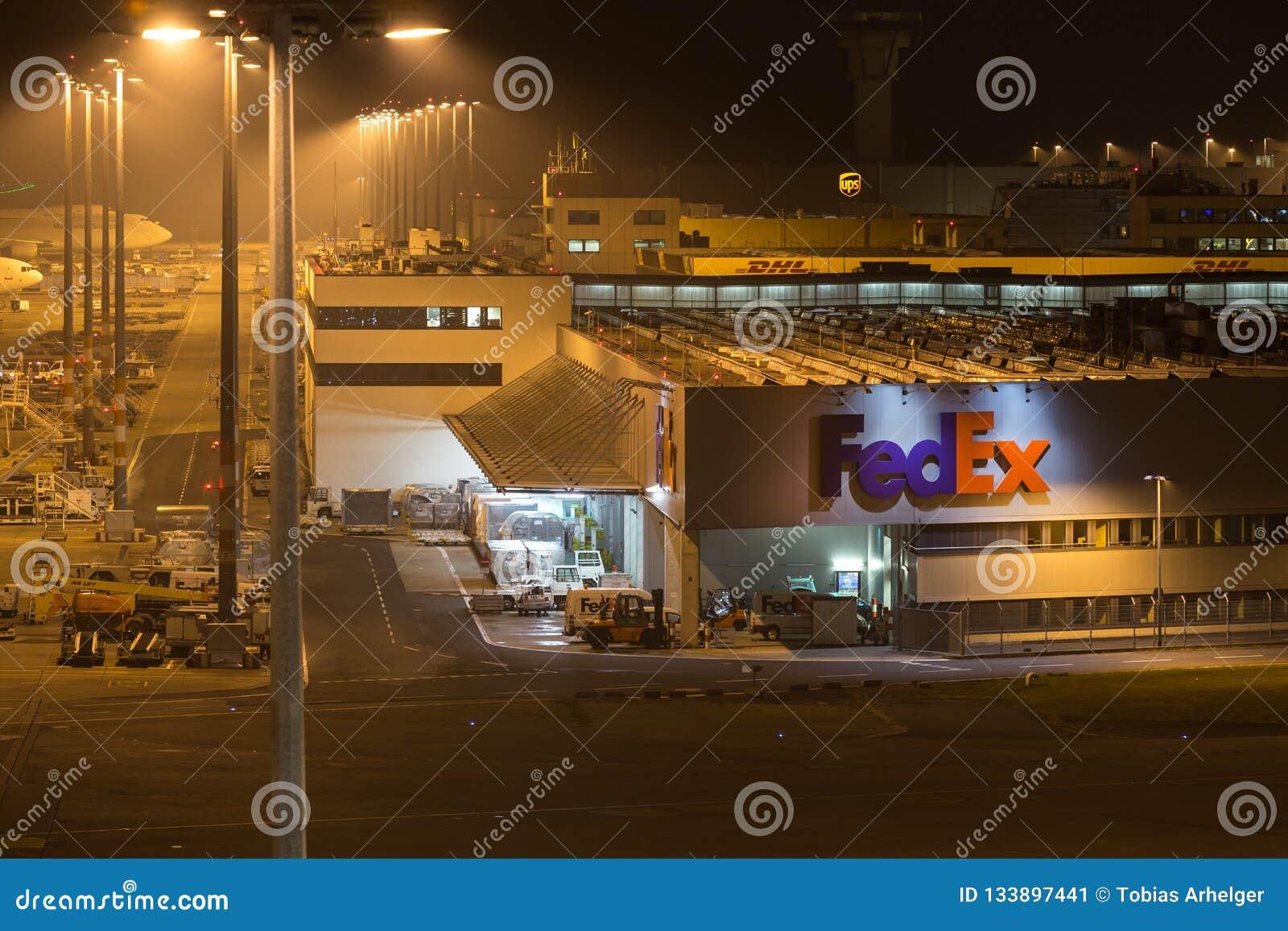 Colonia, Rin-Westfalia del norte/Alemania - 26 11 18: terminal del cargo de Federal Express en el cologne Bonn Alemania del aerop