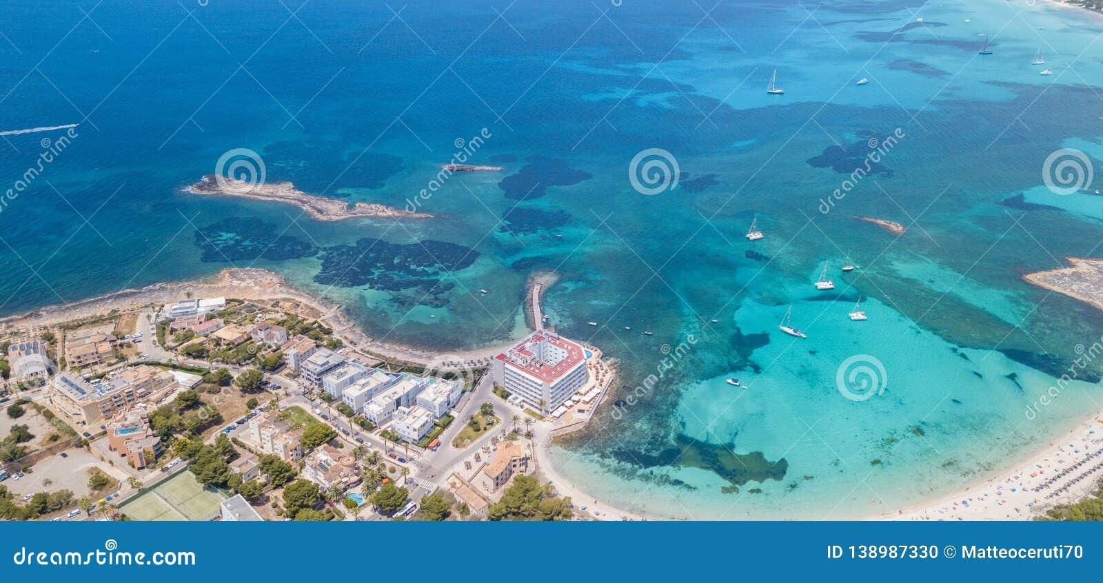 Colonia Sant Jordi, Mallorca Spanien F?rbluffa flyg- landskap f?r surr av den charmiga Estanys stranden och fartygen i ett turkos