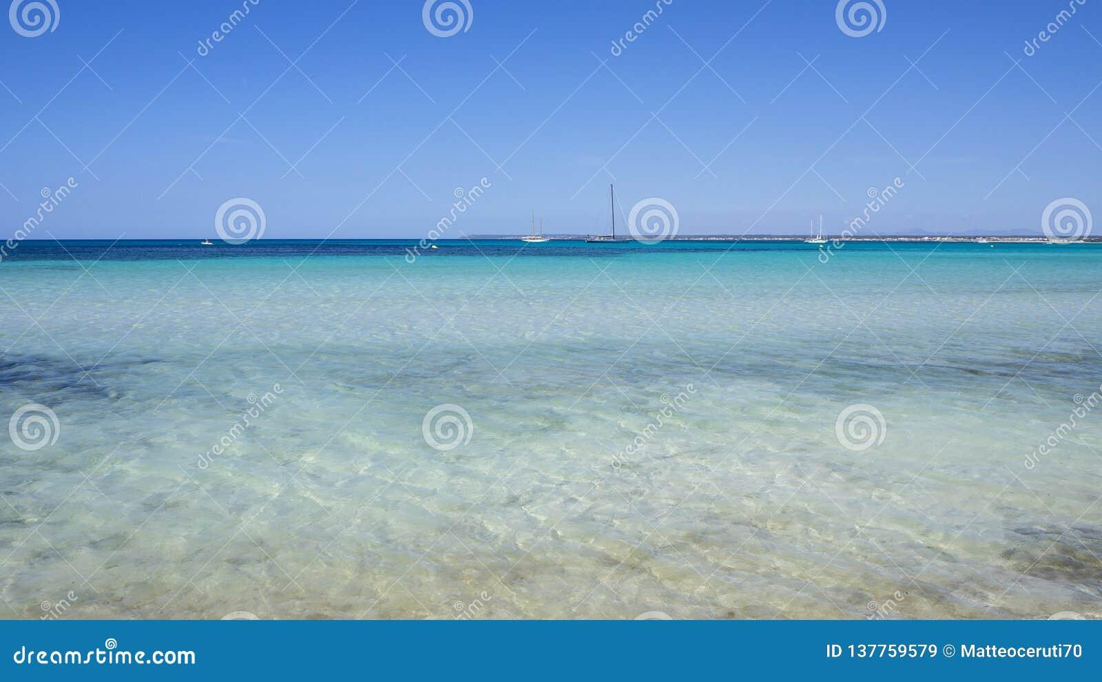 Colonia Sant Jordi, Spanje Verbazend landschap van het charmante strand S Trenc Het heeft de reputatie van Caraïbisch strand verd